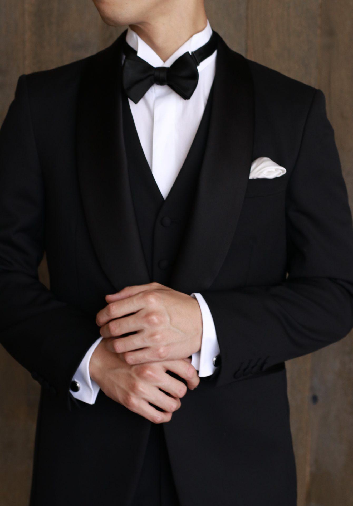 ご結婚式を挙げる新郎新婦の衣裳をレンタルできるドレスショップ、THETREATDRESSING(ザトリートドレッシング)では、ブラックタイが印象的なフォーマルタキシードをオーダーでもご用意しております