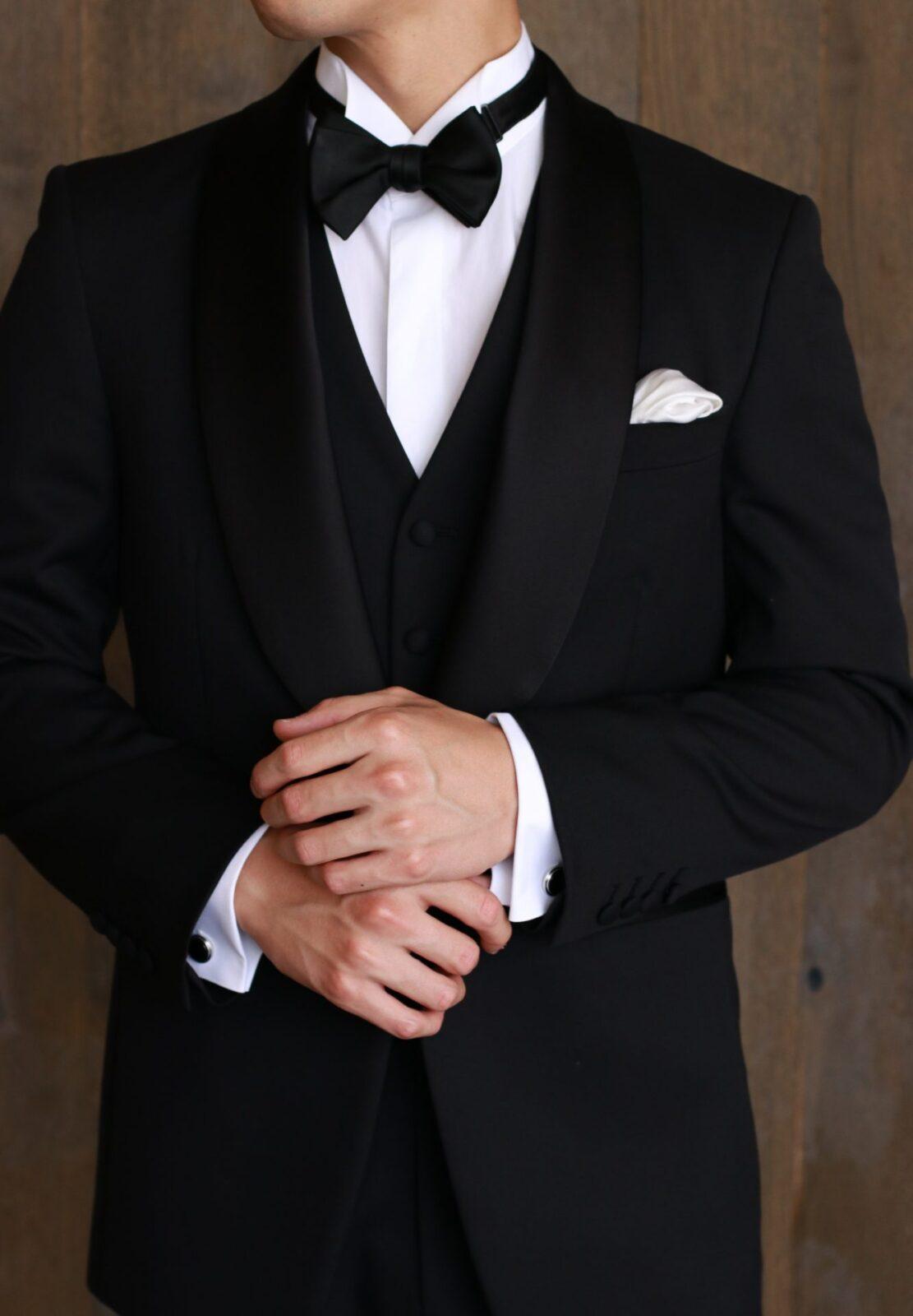 ブラックタイと呼ばれる男性の正礼装は紳士の嗜みであり、タキシードだけでなくタイやチーフ、カフリンクス、シューズを身に着けていただくことで花嫁をエスコートする際により一層美しく映えます