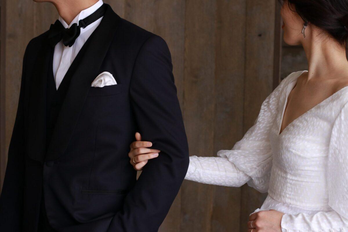 ミッドナイトブルーのタキシードはショールカラーで優しい雰囲気となり、クラシックな結婚式を叶えるに相応しいフォーマルなタキシードです。