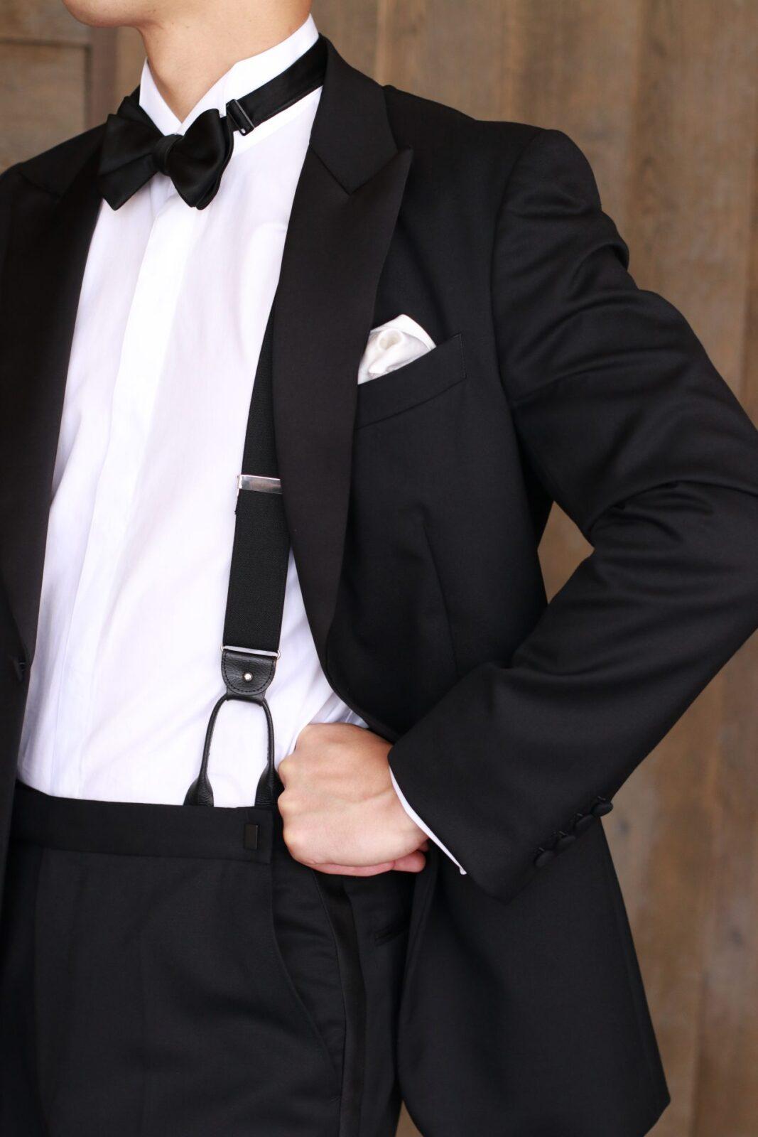 THETREATDRESSINGの提携会場パレスホテル東京などの格式あるホテルでの結婚式におススメの新郎様のスタイルは、ブラックのタキシードに、ブラックタイとサスペンダーを合わせた装いです