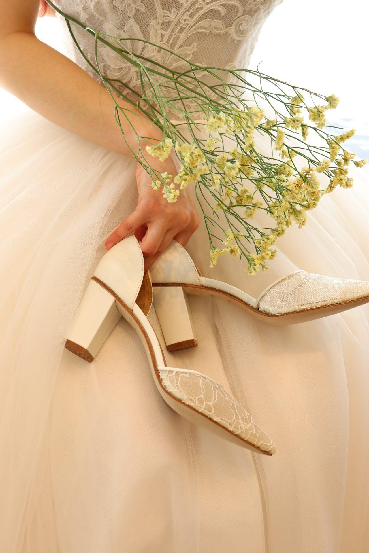 チュールのウェディングドレスにおすすめのレースが美しいチャンキーヒールのウェディングシューズ