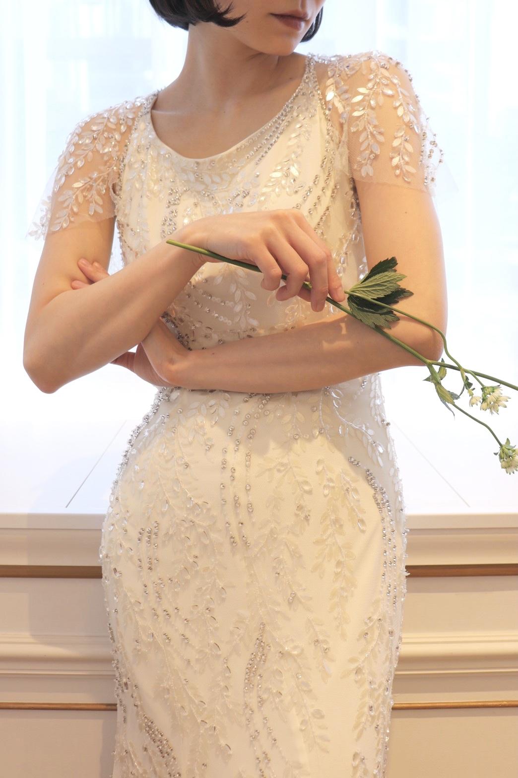 ジェニーパッカムのきらきらと輝くスレンダーラインのウェディングドレス