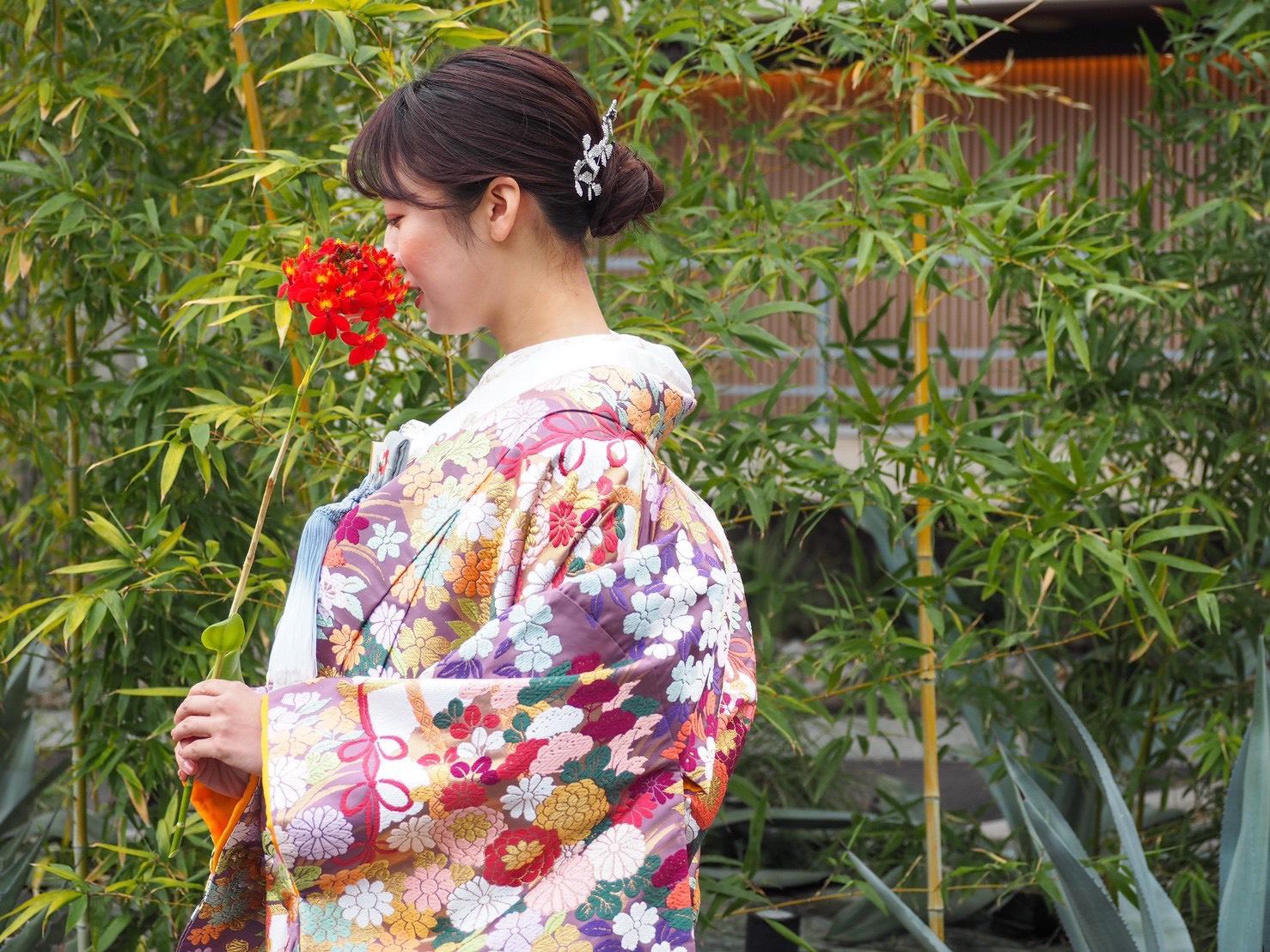 緑に映えるTHE TREAT DRESSING神戸店にてお取り扱いのある紫色の色打掛のご紹介