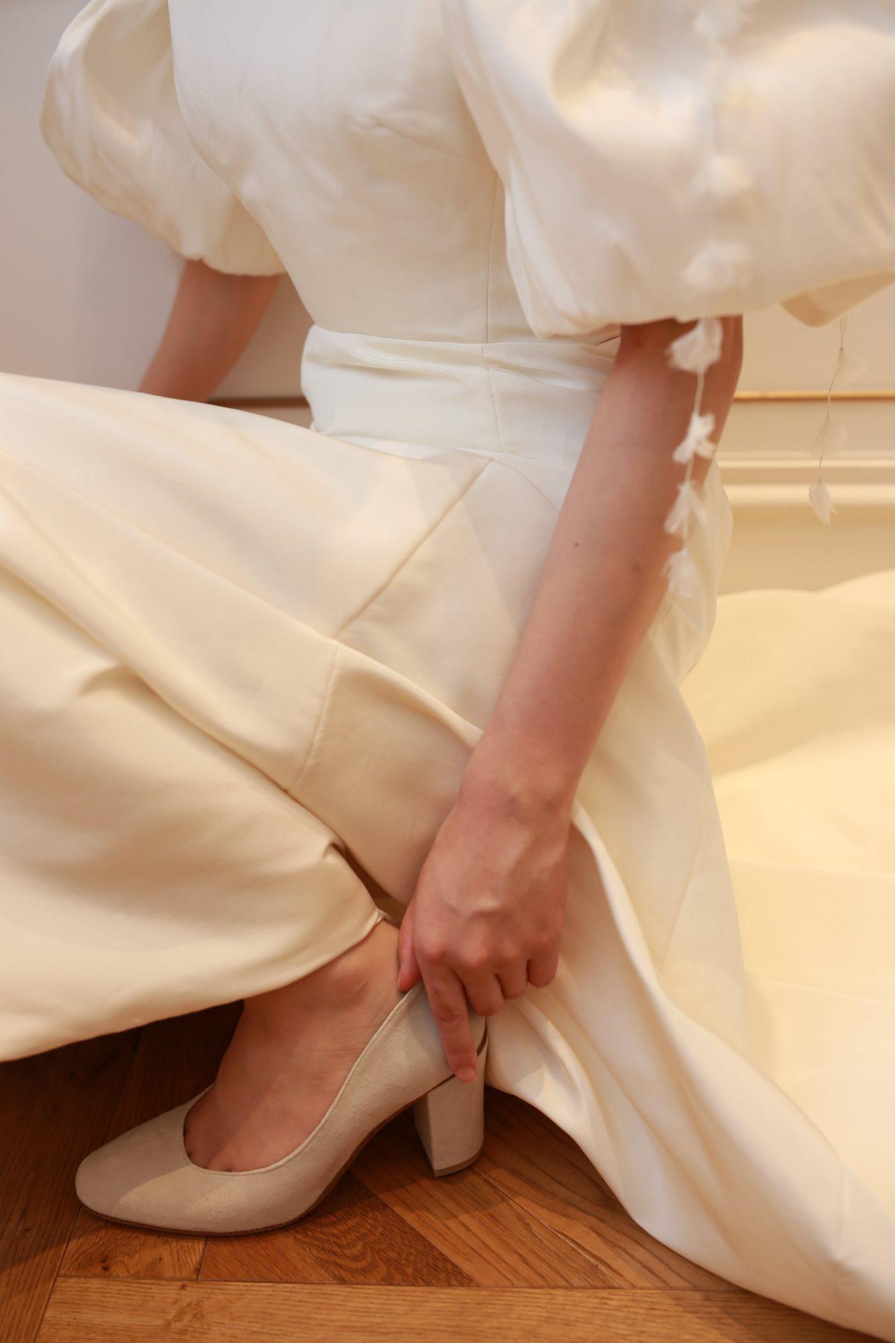 上質なシルクのウェディングドレスにおすすめのベージュのスウェードのウェディングシューズ