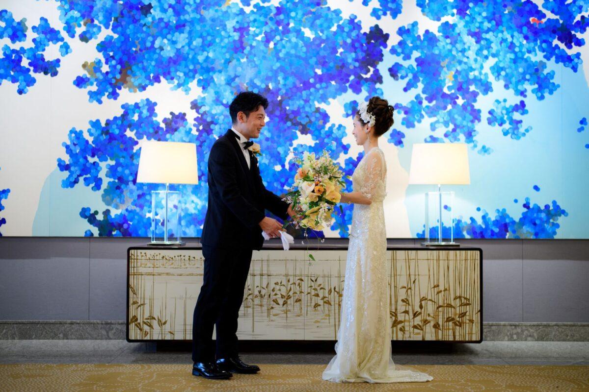 東京丸の内の結婚式会場、パレスホテル東京の人気披露宴会場である葵西のアート前でファーストミートを行うお二人のご様子