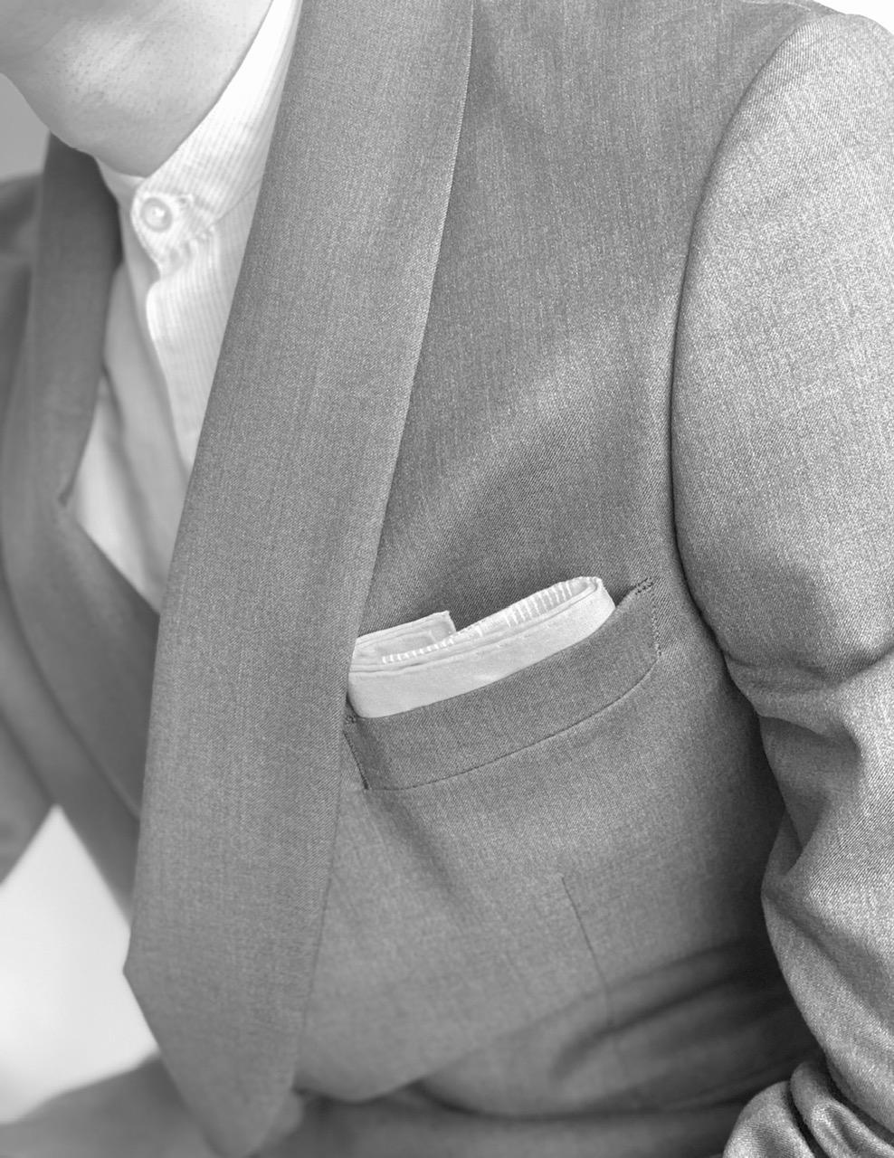 セミフォーマルやビジネスシーンで誠実さを表す「スクエアスタイル(TVフォールド)」。トリートドレッシングでは、挙式からお色直しまで様々な挙式のお客様に楽しんでいただけるよう多くの衣装と小物を取り扱っております。