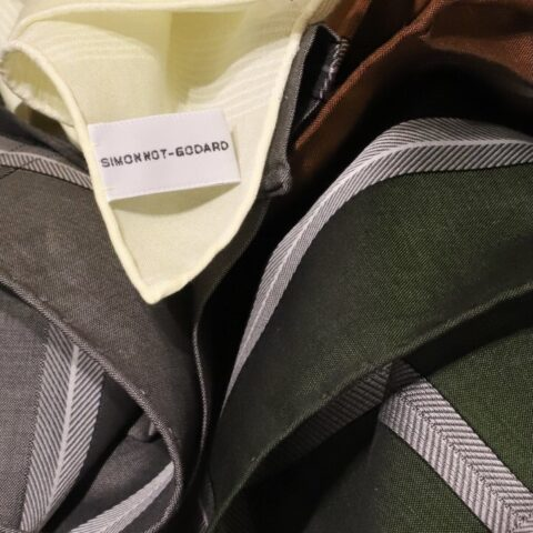 TREAT Gentlemanでお取り扱いのあるポケットチーフ「SIMONNOT GODARD(シモノゴダール) 」。100%コットンを使用し、ハンカチとしてもご使用いただけます。大判なサイズで胸元にボリュームが出るので、華やかさを演出します。