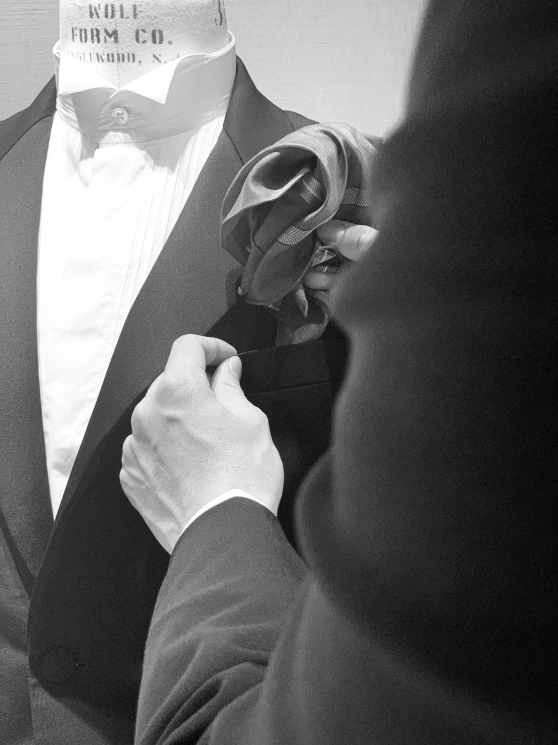 TREAT Gentlemanでは、オーセンティックなタキシードを取り扱っております。時代の潮流に左右されないスタイルをご提案させていただいております。フォーマルウェアのアイテムの一つであるポケットチーフは、お洒落ではなく男性の品格を保つために必要なアイテムです。 またポケットチーフで胸元にアクセントを加えることで、フォーマル・カジュアル・ビジネスなど様々なシーンにおいて相手へ良い印象を与え、自身のイメージアップに大きく繋がります。