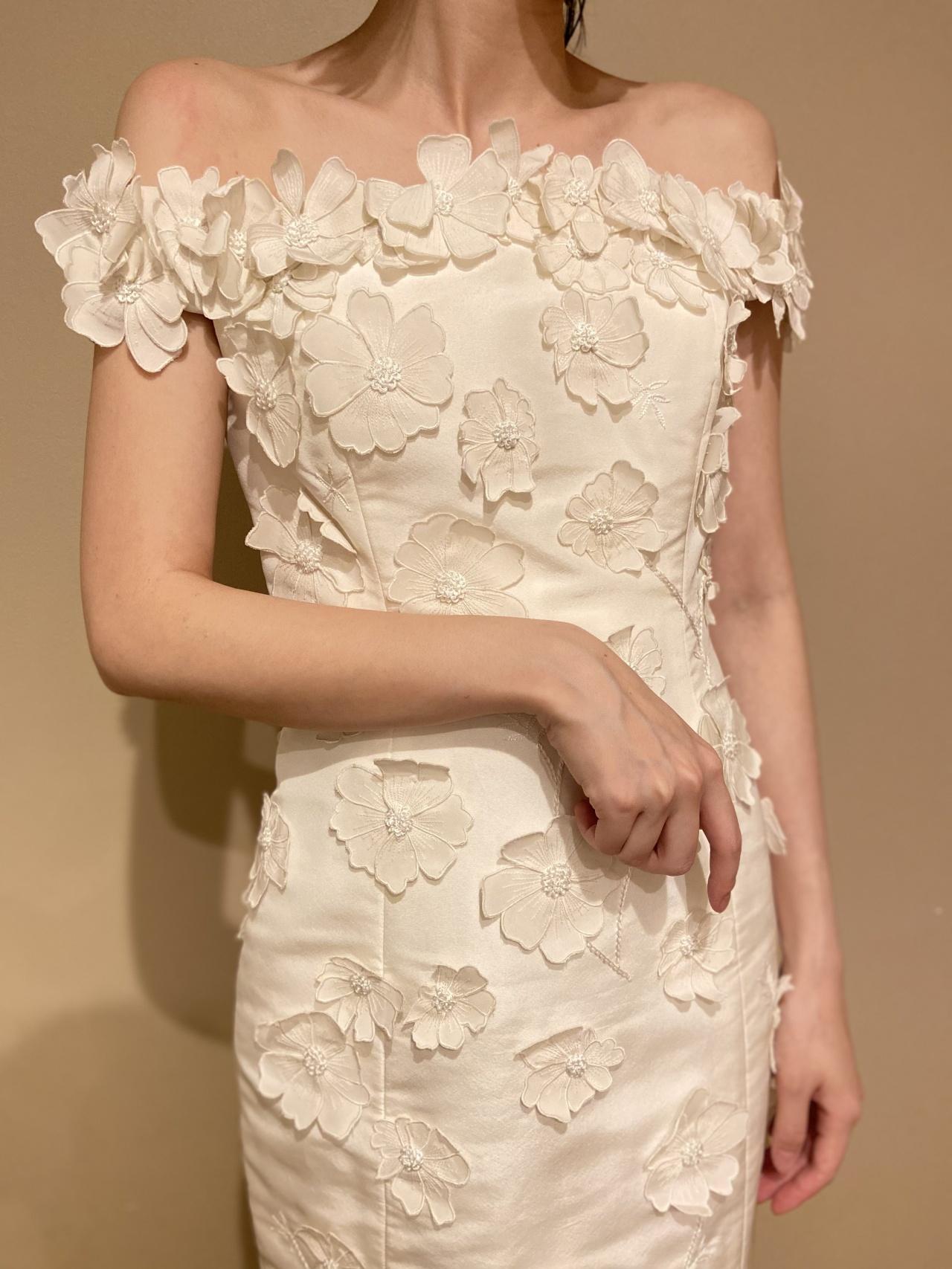 ザ・トリートドレッシング福岡店の提携式場のザ・ルイガンズのシックな会場におすすめの、オスカー・デ・ラ・レンタで細身のウエディングドレス