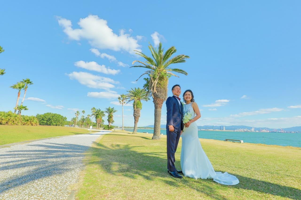 広大な自然に囲まれたTHE LUIGANS Spa&ResortでLela Roseのクレープ素材のシンプルなスレンダードレスで前撮り