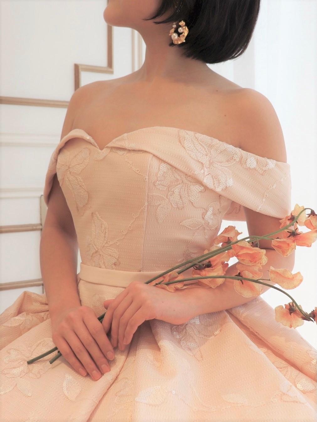 グリーン溢れる会場でアットホームでナチュラルなパーティーがイメージの花嫁におすすめのザトリートドレッシング名古屋店にて人気の淡いピンクのカラードレス