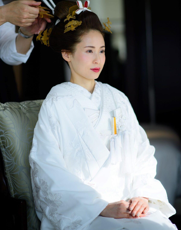 ザトリートドレッシングでは、日本の伝統衣裳である白無垢に合わせて顔周りを華やかに魅せる半襟や、柄や色味によって印象を変える懐剣や筥迫などの小物までトータルコーディネートをご提案させていただきます