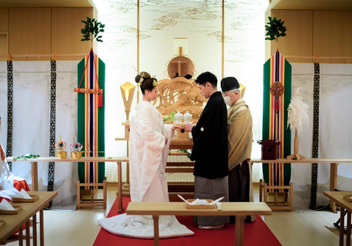 和婚をお考えの新郎新婦様に是非お勧めしたいパレスホテル東京の神殿での神前式では、提携ドレスショップであるザトリートドレッシングアディション店の格式高い白無垢と紋付羽織袴をおすすめします