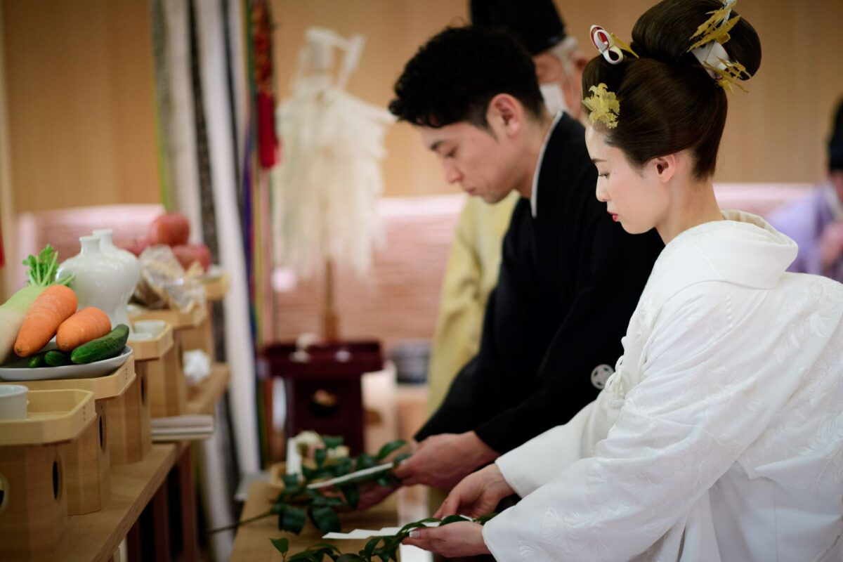 ホテルウェディングでありながらも、本格的な神前式が叶うパレスホテル東京の神殿で、高貴で凛とした印象が魅力的な純白の白無垢をお召しになられたご新婦様