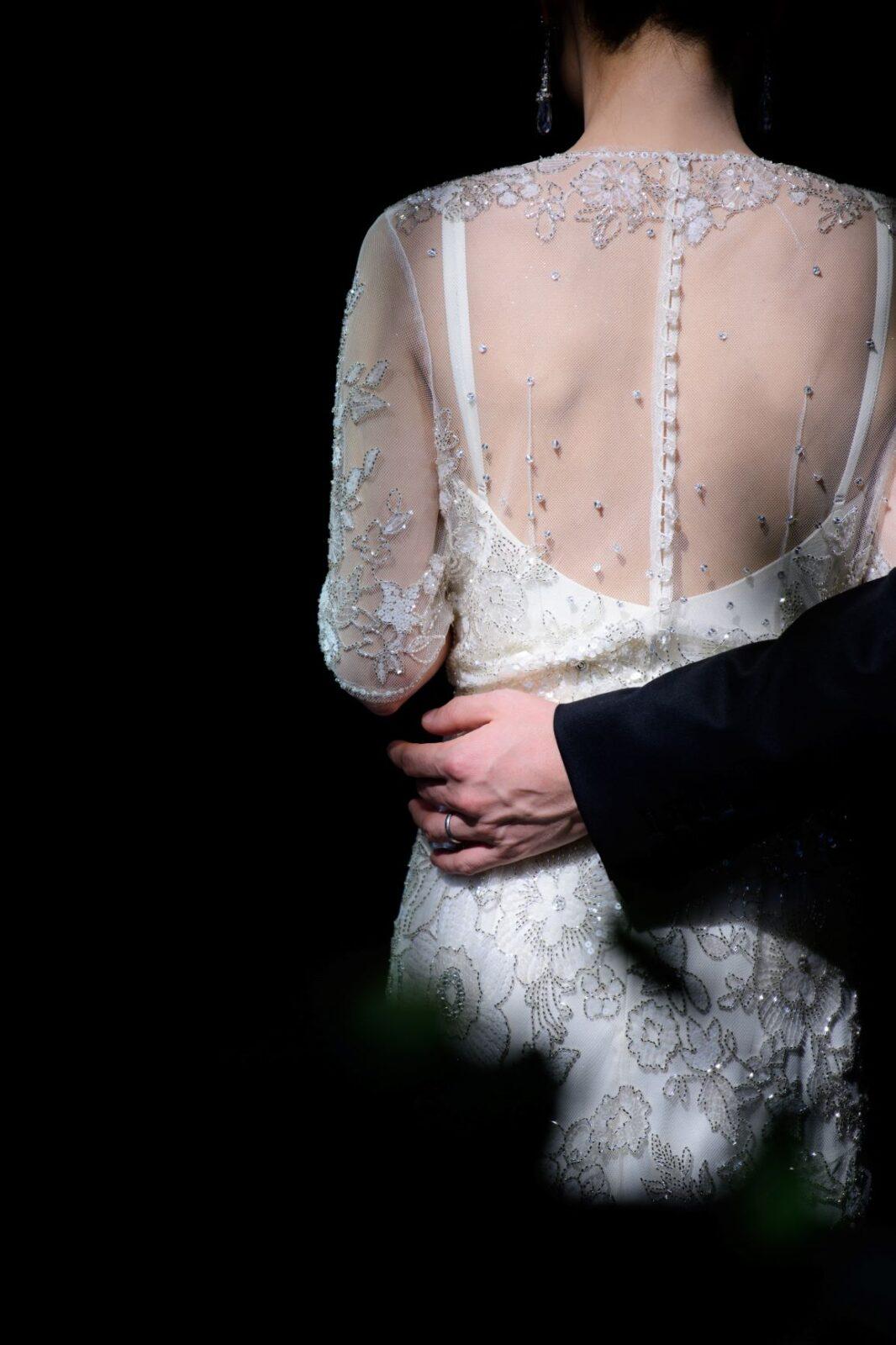 イギリス発の人気ブランド、ジェニーパッカムのウェディングドレスは手刺繍で施された繊細なビーディングが特徴的で、バックスタイルからも美しく印象的に魅せてくれます