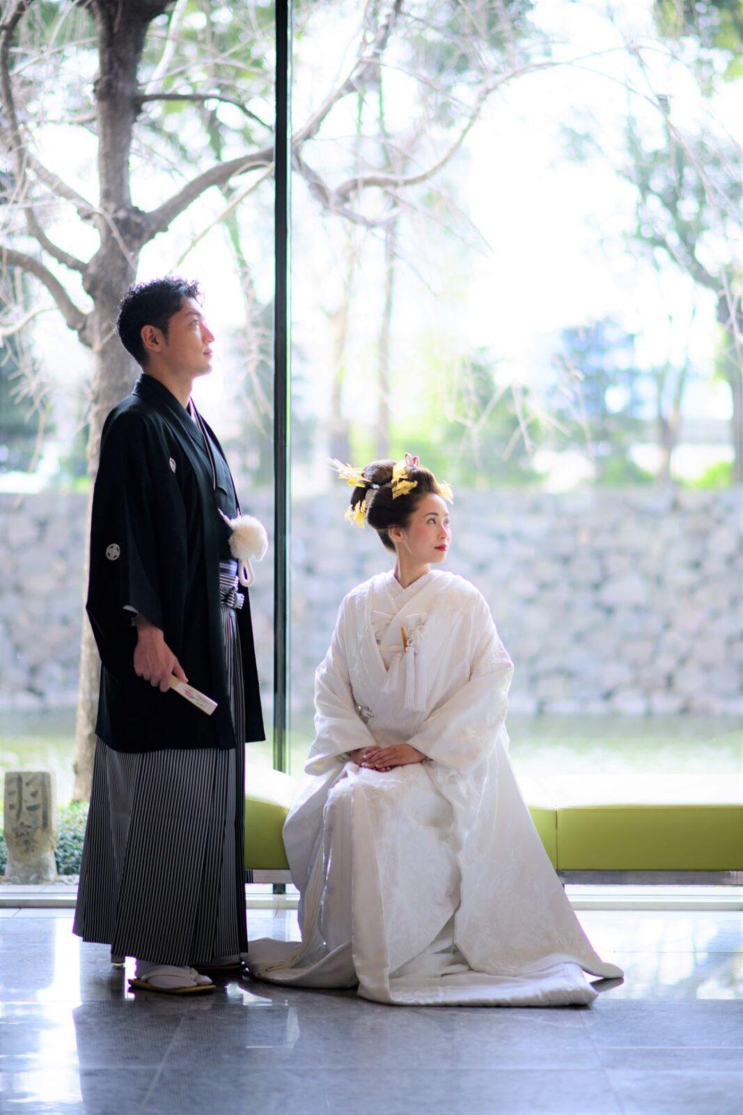 自然光がたっぷりと差し込むパレスホテル東京のピクチャーウインドウから望める皇居の景色をバックに、白無垢や紋付羽織袴をお召いただき、和モダンなお写真を残していただくのはいかがでしょうか