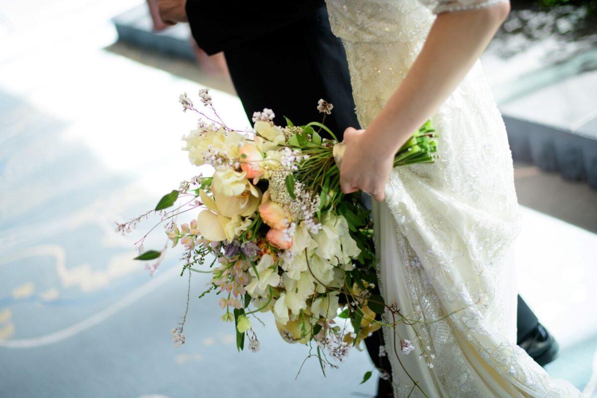 すっきりとしたスレンダーラインのウェディングドレスに大振りのナチュラルなブーケを合わせるコーディネートは、大人花嫁らしいモダンでスタイリッシュなブライズスタイルを叶えます
