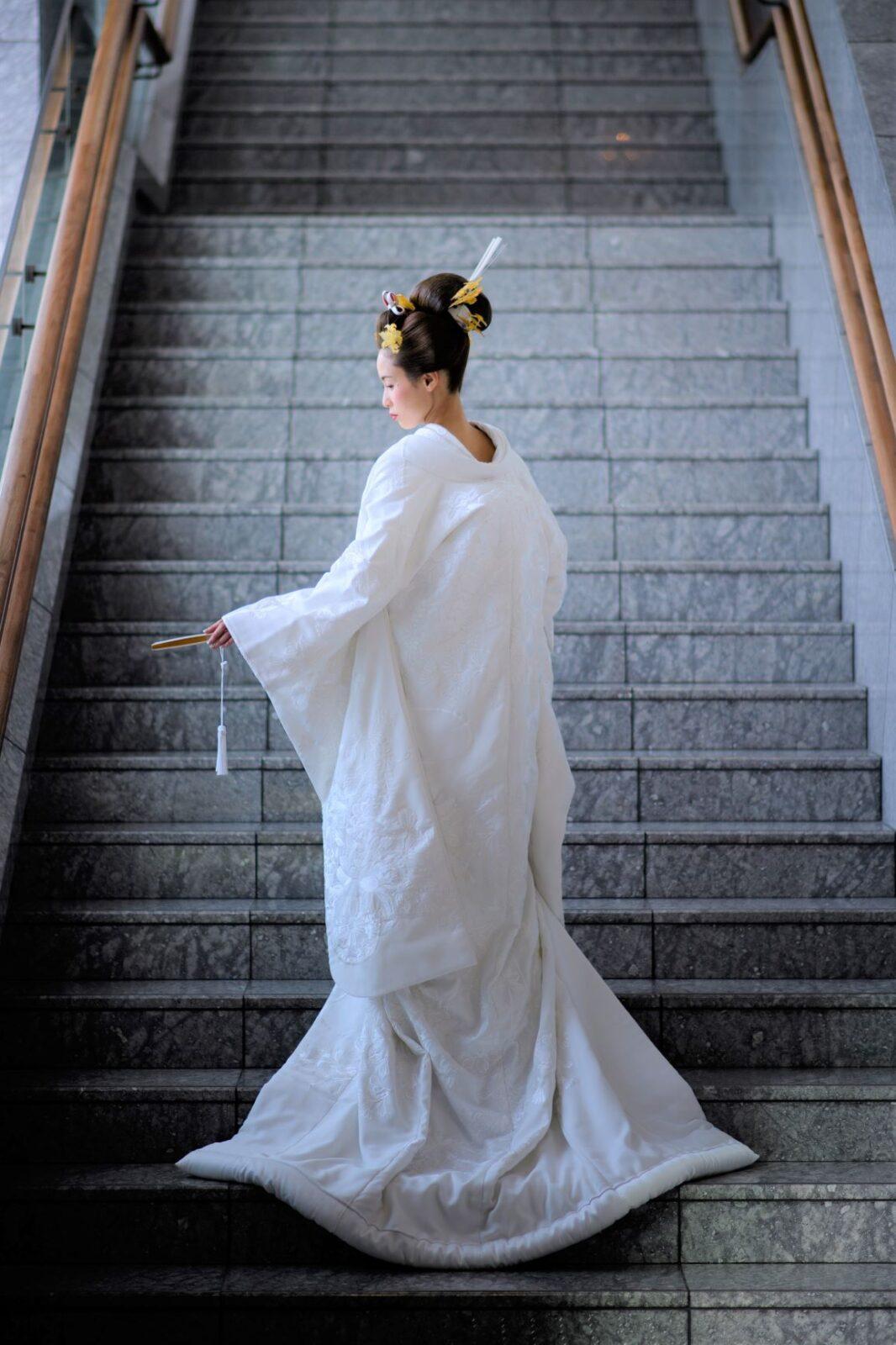 パレスホテル東京の人気撮影スポットである大階段でのお写真など、前撮りやフォトウェディングでも写真映えする総絵羽模様の白無垢をお召しになられたご新婦様