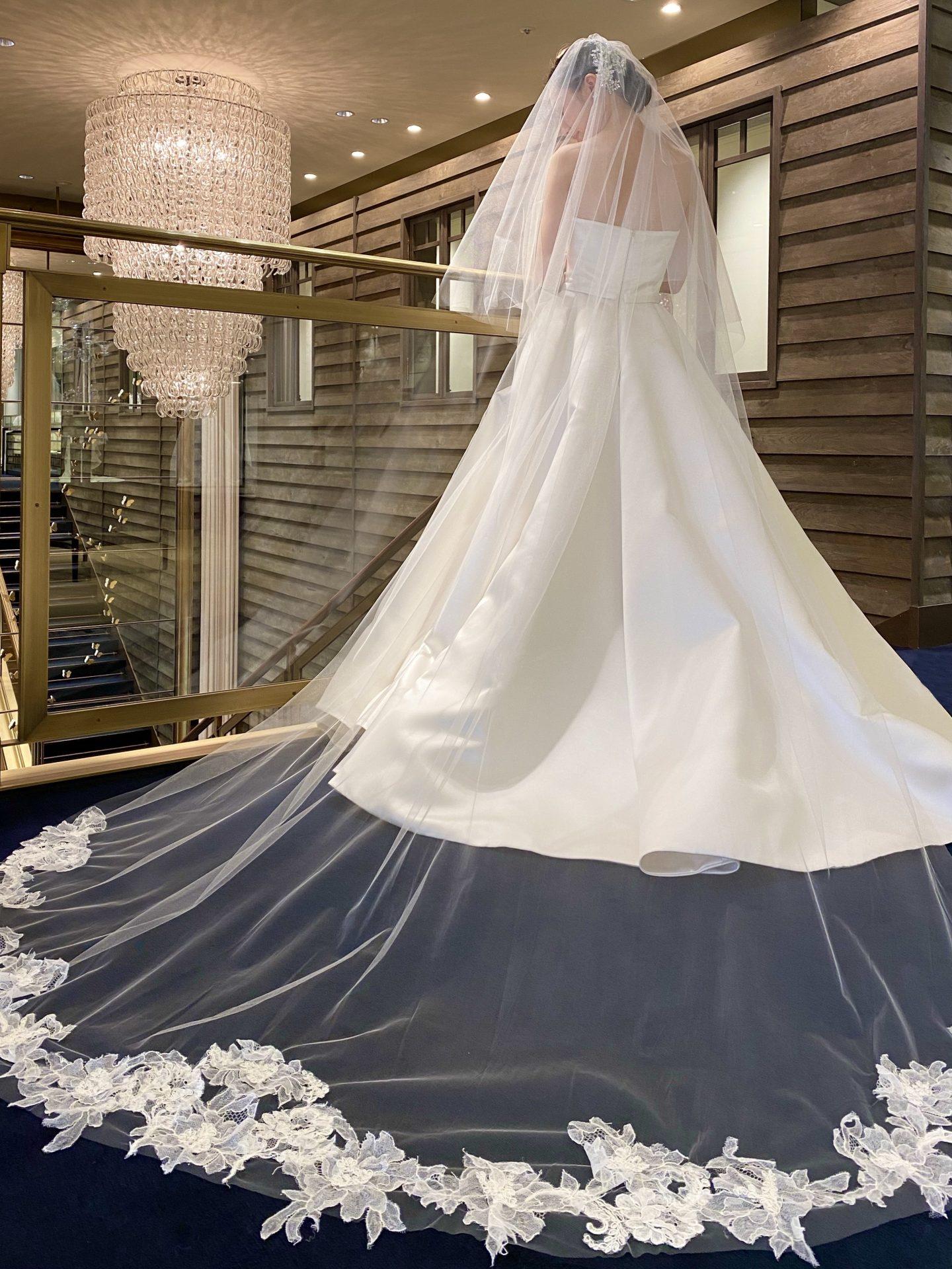 シンプルなドレスに合わせてレースのロングベールを合わせたコーディネート