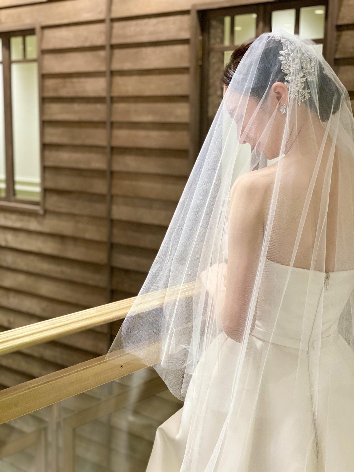 ヴィクター・アンド・ロルフからご紹介するハリ素材のプリンセスラインのウェディングドレス