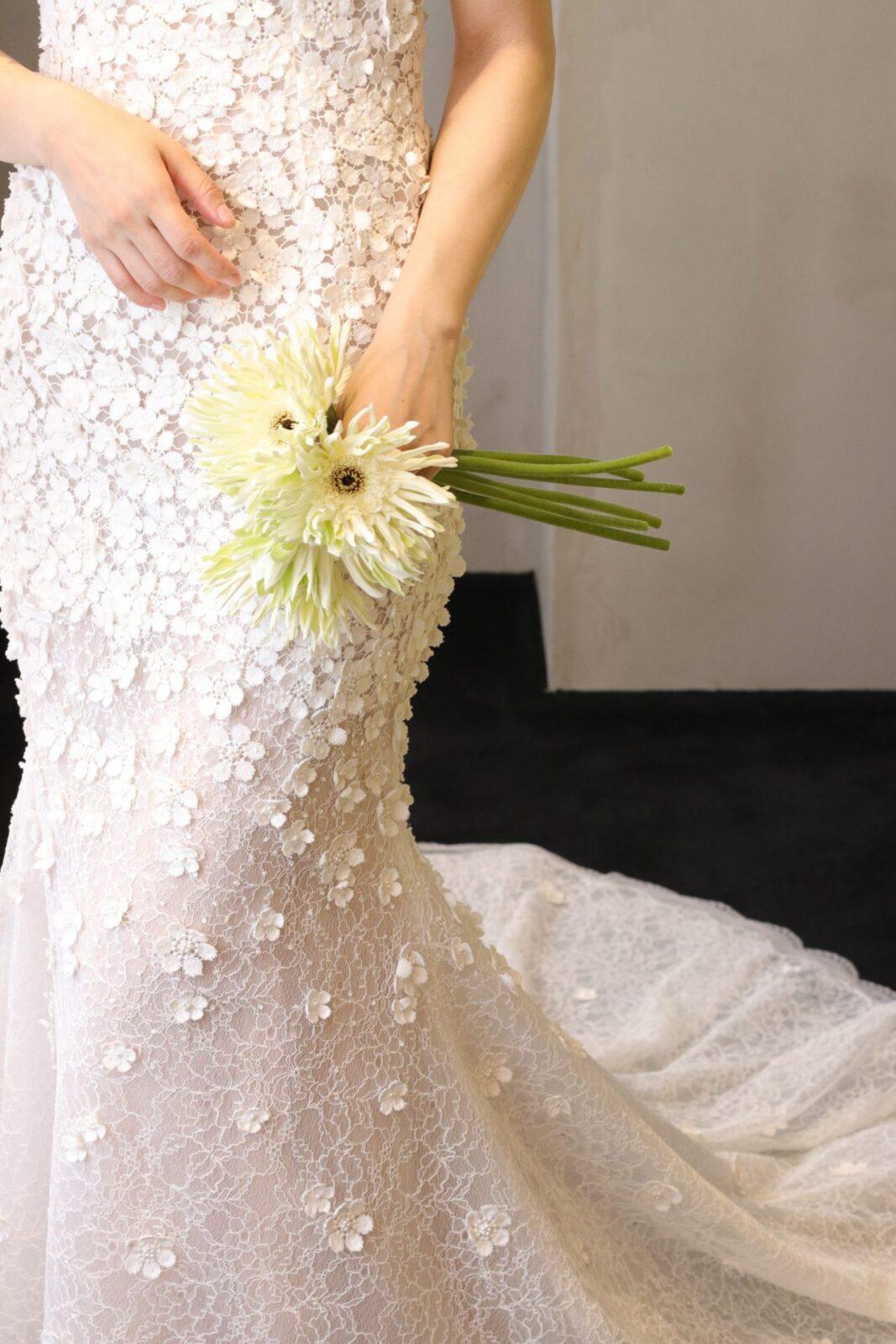 日本のお洒落花嫁様に人気のドレスショップ、ザトリートドレッシングに入荷したマーメイドラインの新作ドレスは立体的なお花モチーフがフェミニンで上品なウェディングドレスです