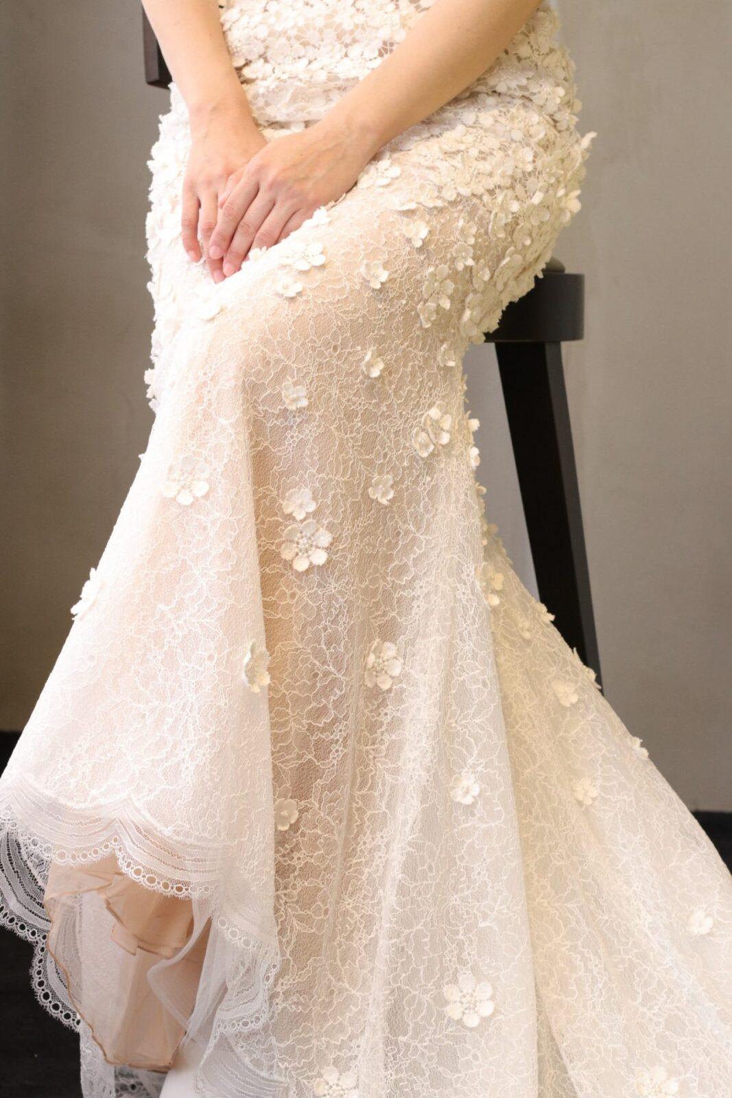 パレスホテル東京の花嫁様にも人気のマーメイドラインのウェディングドレスは、立っているときのシルエットはもちろん、座った際の美しく広がる裾元も魅力的な為、ソファ席でのご披露宴もおすすめです