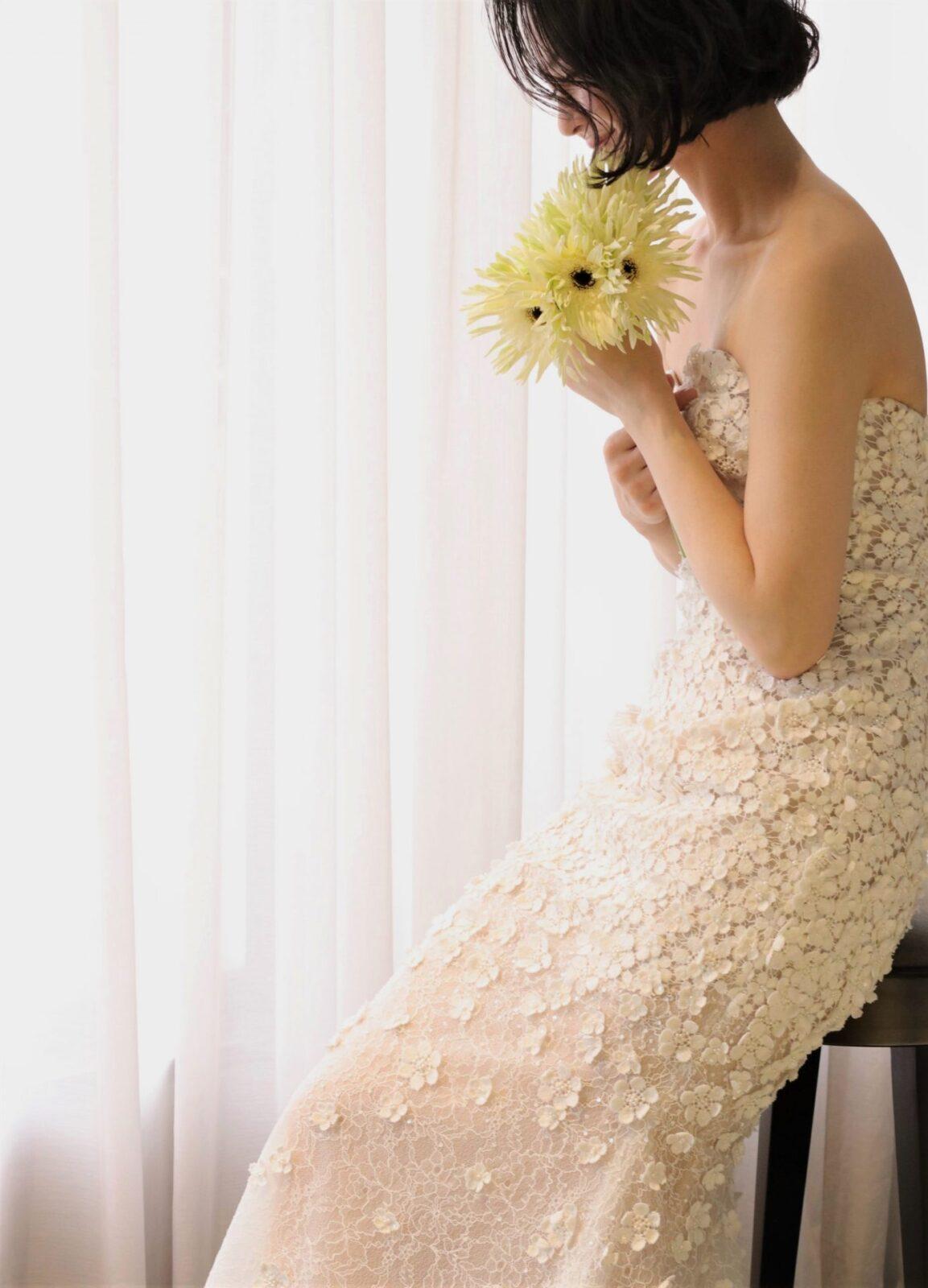 THE TREAT DRESSING ADDITION店にOscar de la Rentaより入荷した新作のウェディングドレスは膝元から裾元にかけてヌーディーに透けるようにデザインされている為、温かな自然光が差し込むと透明感を放ちます