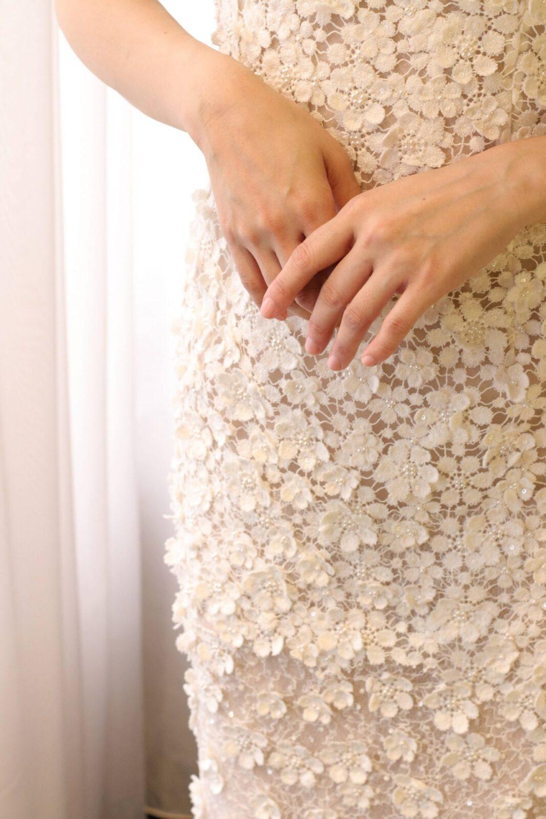 日本の花嫁様に人気のフラワーモチーフのウェディングドレスは、そのひとつひとつの立体的に縫い付けられたお花のモチーフが女性らしい可愛らしさと柔らかさを演出します