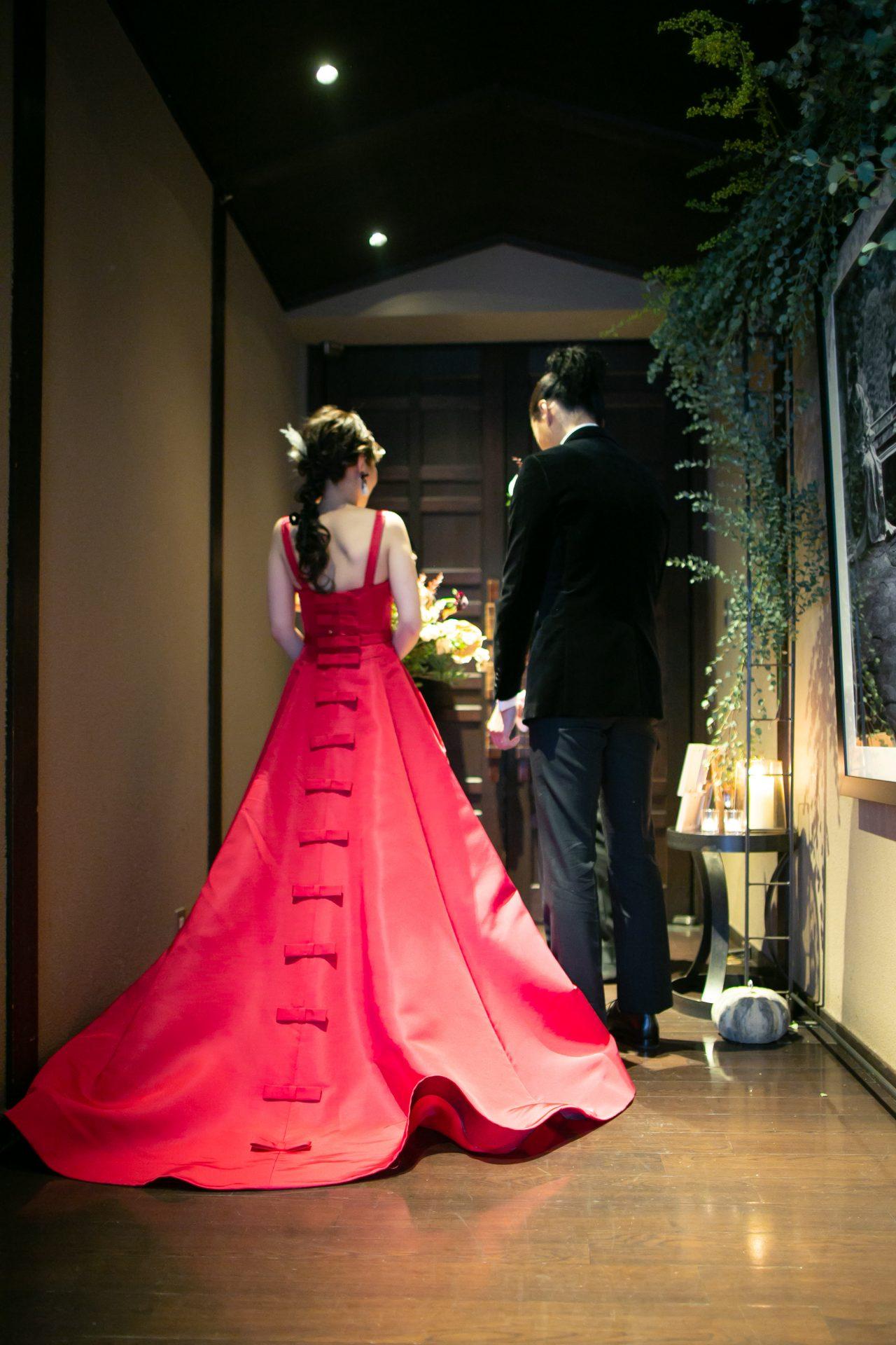 バックスタイルにもこだわったカラードレスでお色直し入場の瞬間は、ゲスト皆様の反応が楽しみなものです