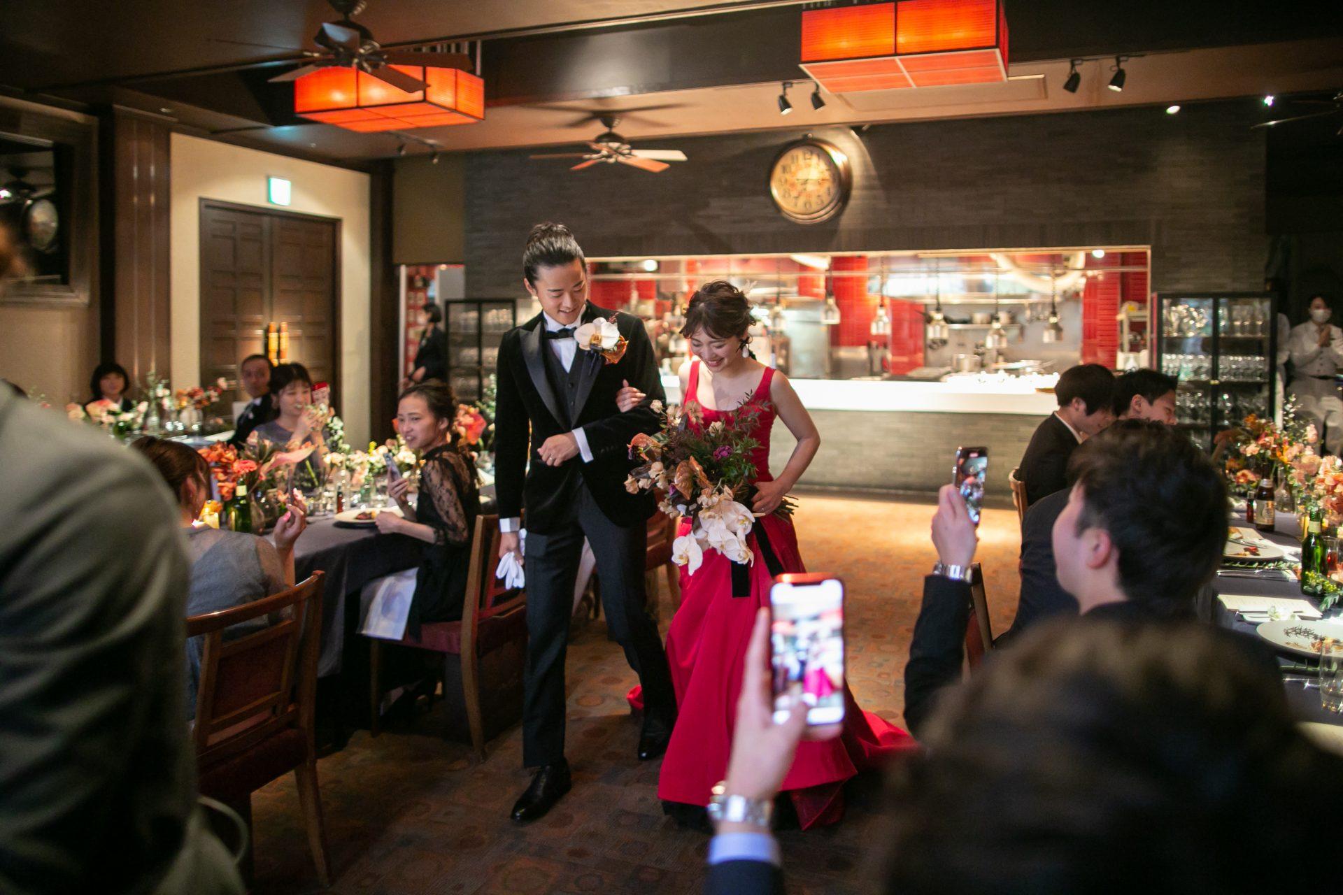 赤のカラードレスに合わせたヘアメイクやブーケで、ゲストの皆様に感動を与えるおりお色直しをお楽しみください。