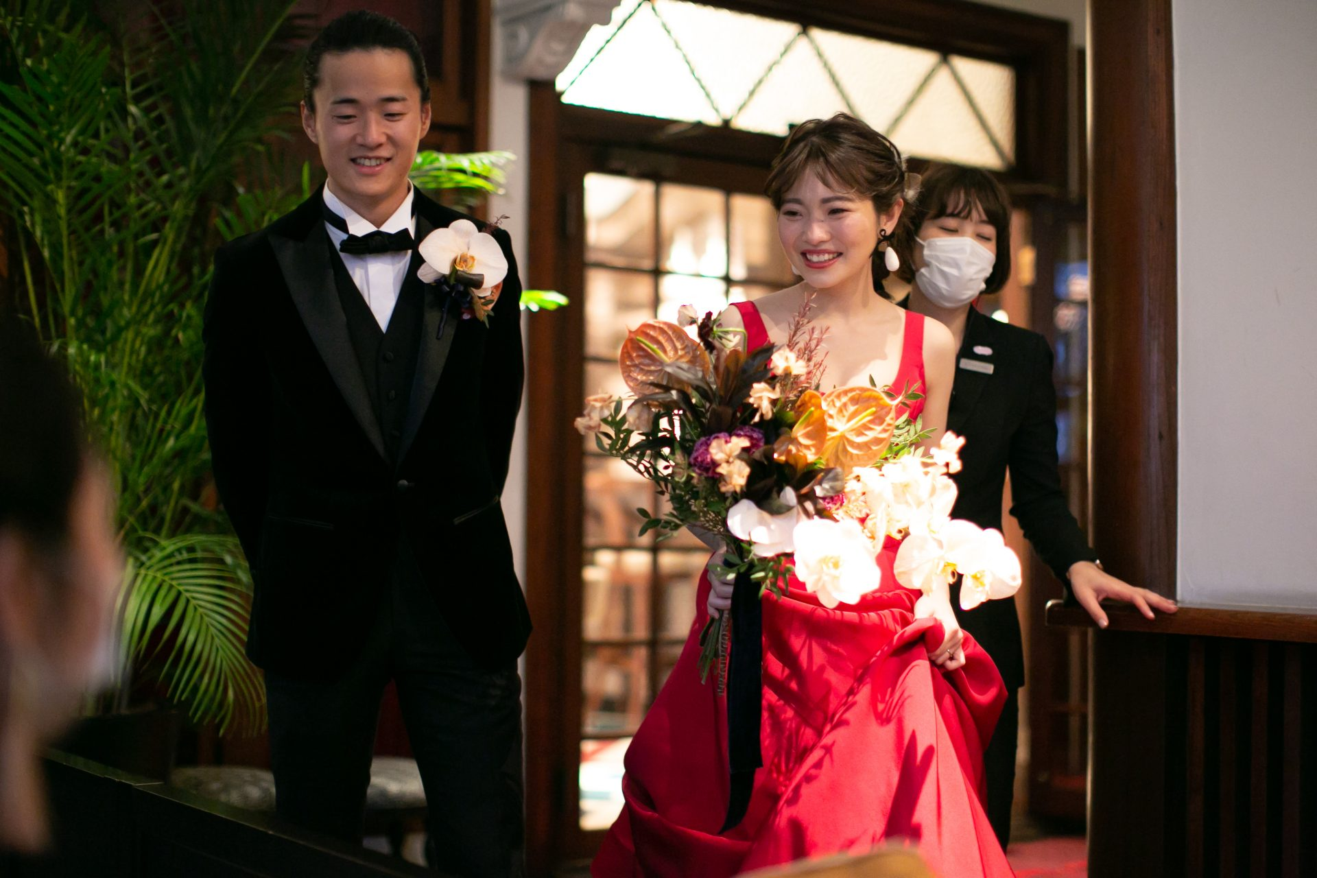 魅力的な赤のカラードレスでお色直し入場をされるご新婦様