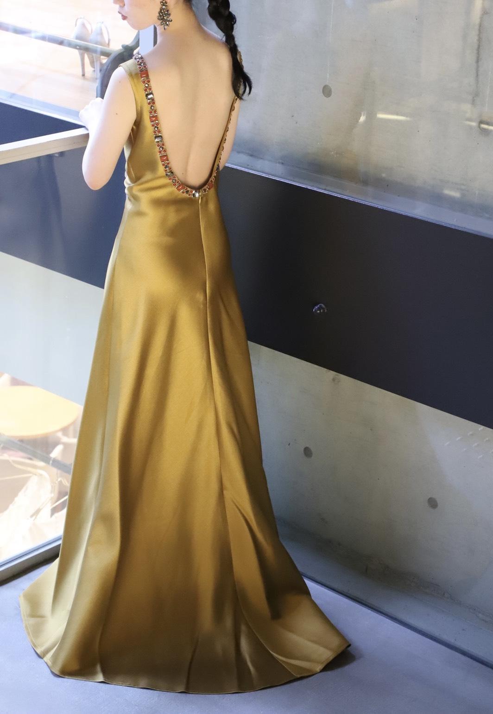 トレンドでもあるバックコンシャスなカラードレスはお洒落なプレ花嫁様にぴったりなンモダンな一着