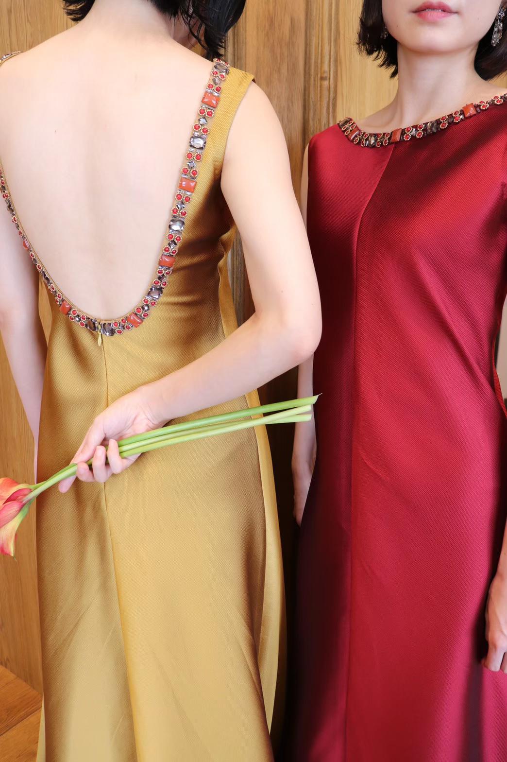 秋の結婚式やナイトパーティーにぴったりのサテン地が上品なボルドーとゴールドのカラードレス