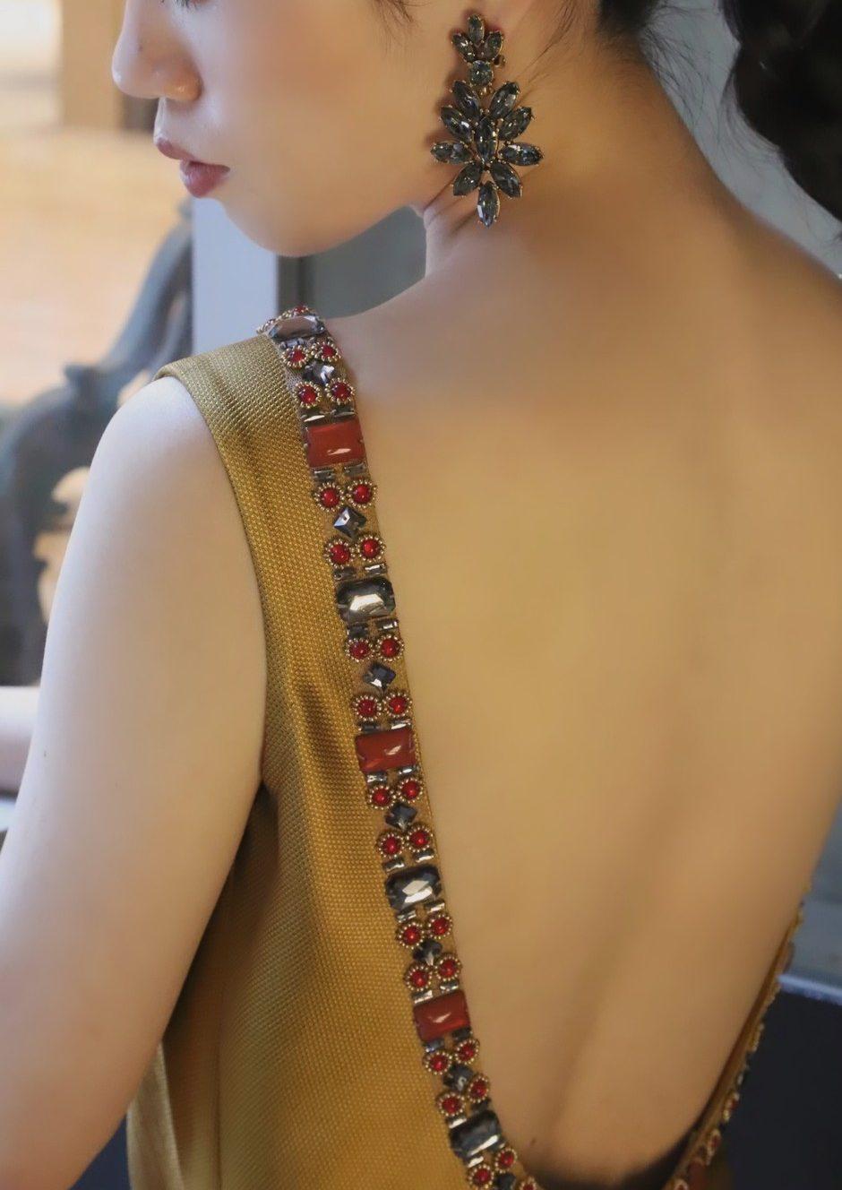 オスカーデラレンタのブラックイヤリングは上品かつ気品を感じさせインパクトのある印象になりラグジュアリーなドレスとの相性は抜群です