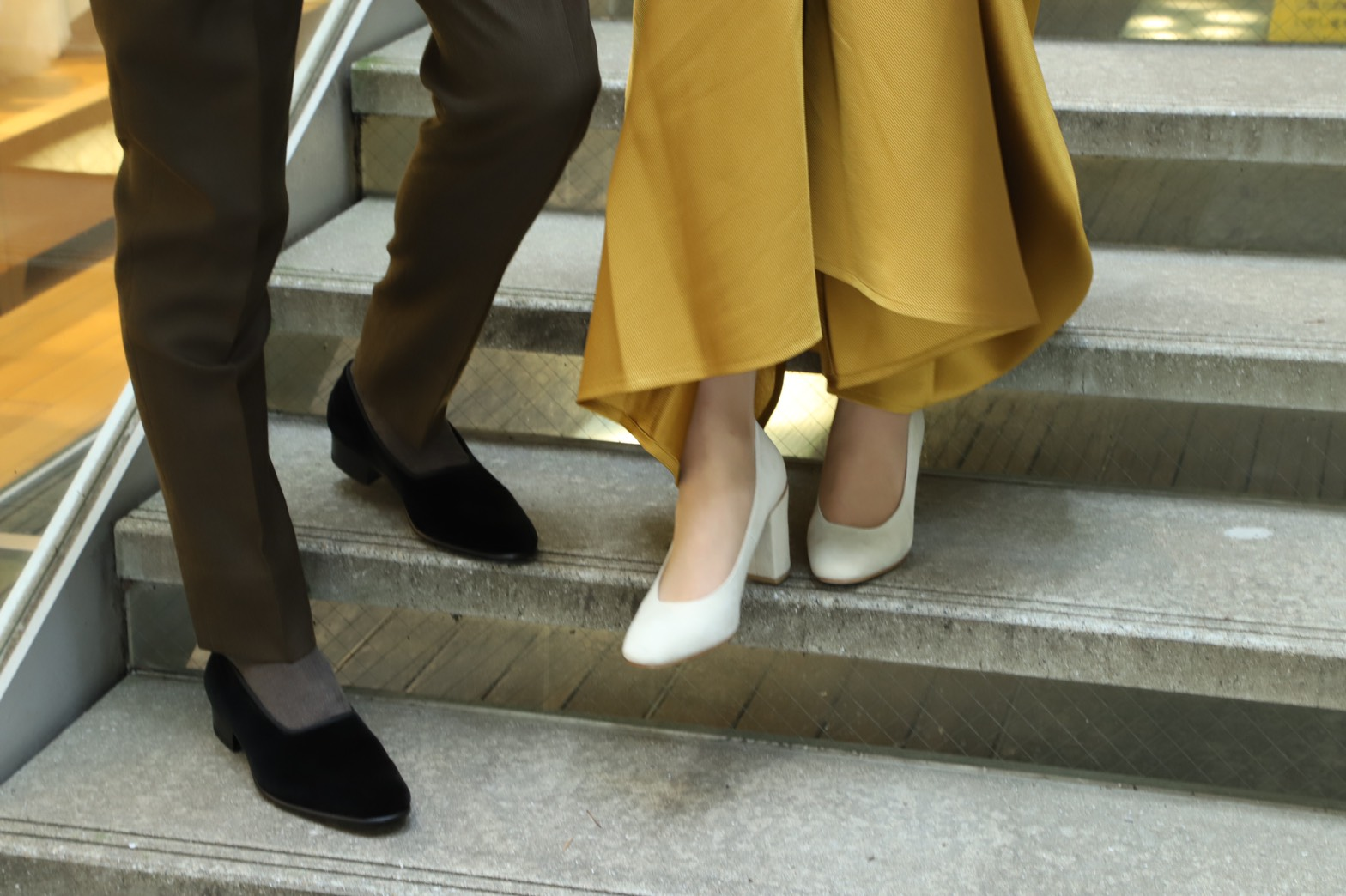 足元を彩るのはイエローのカラードレスに映えるスウェードのパンプスシューズを合わせるのもお勧めです