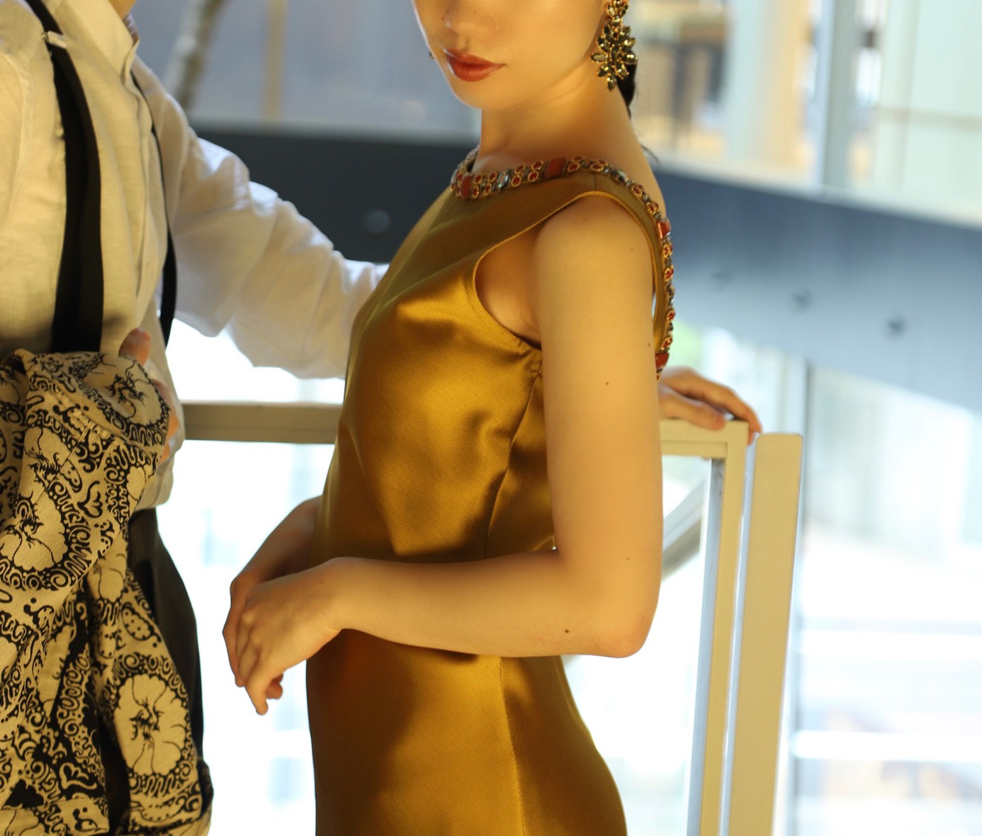 照明や太陽の光の角度によって様々な色味を魅せる珍しいゴールドのカラードレスはゲストの皆様を驚かせます