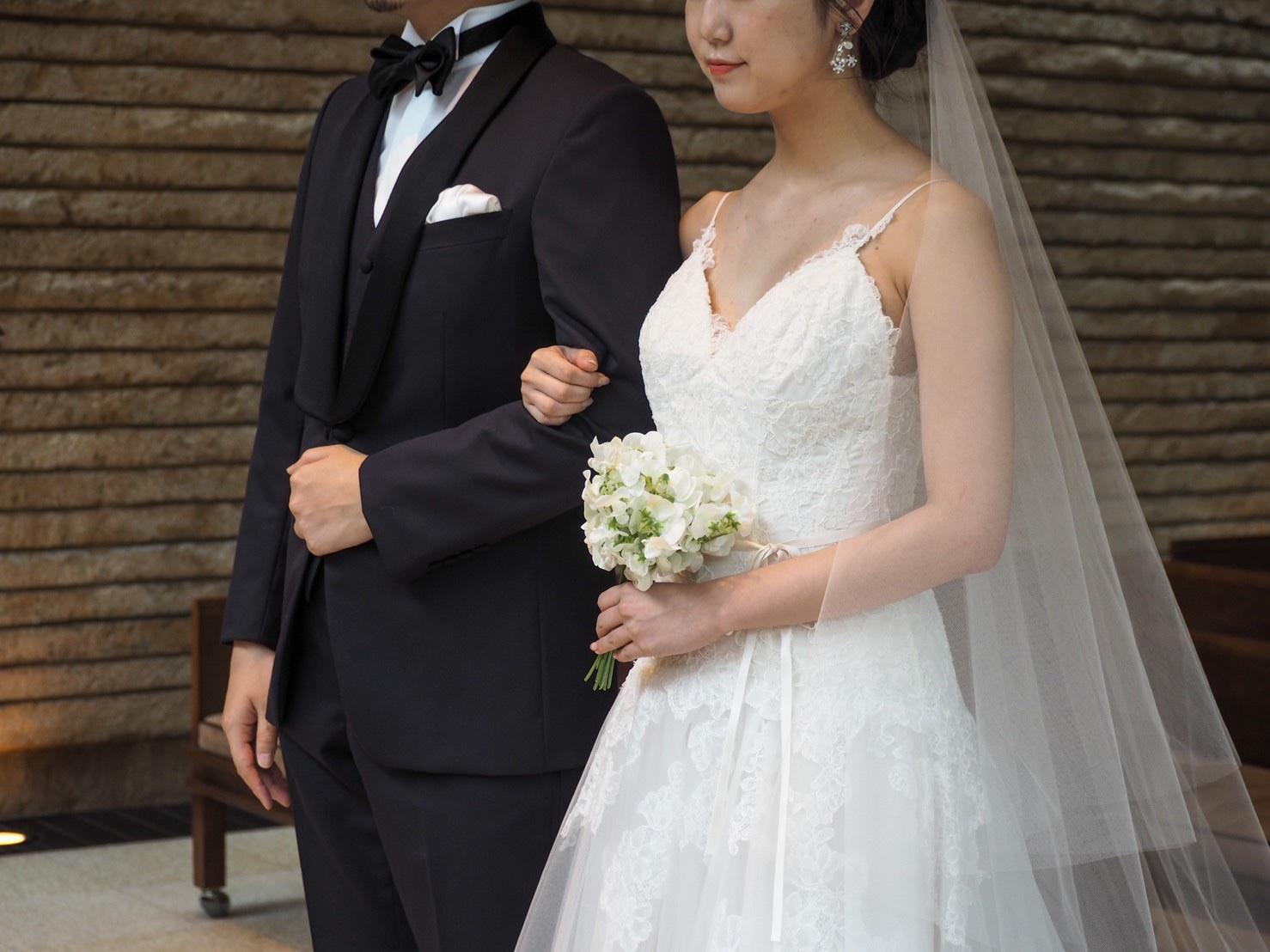 スマートな雰囲気を与えてくれる男性の結婚式のネイビーのタキシード