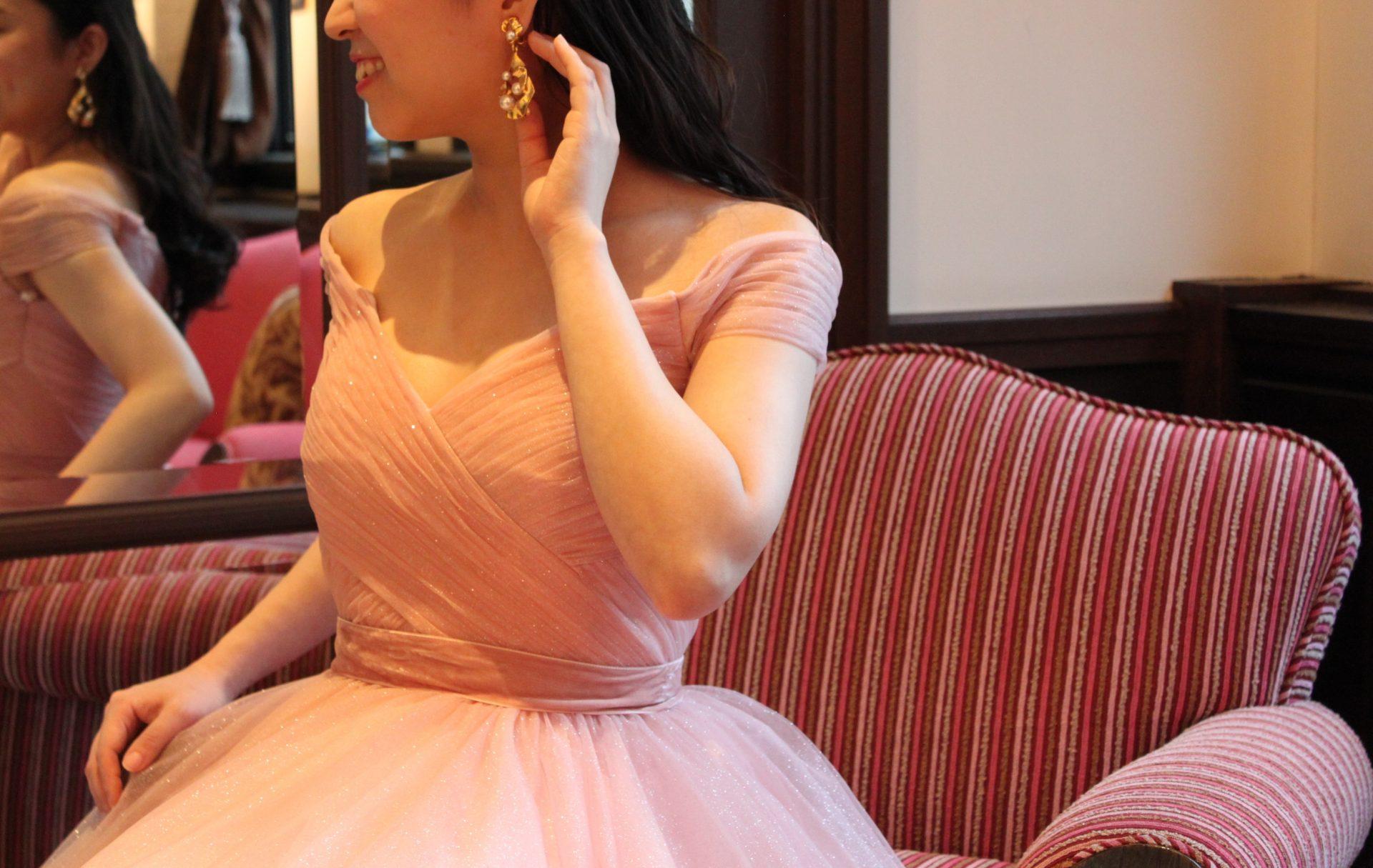 フォーチュンガーデン京都のアンティークな会場に合わせてピンクのカラードレスにゴールドのイヤリングを合わせたコーディネートのご紹介