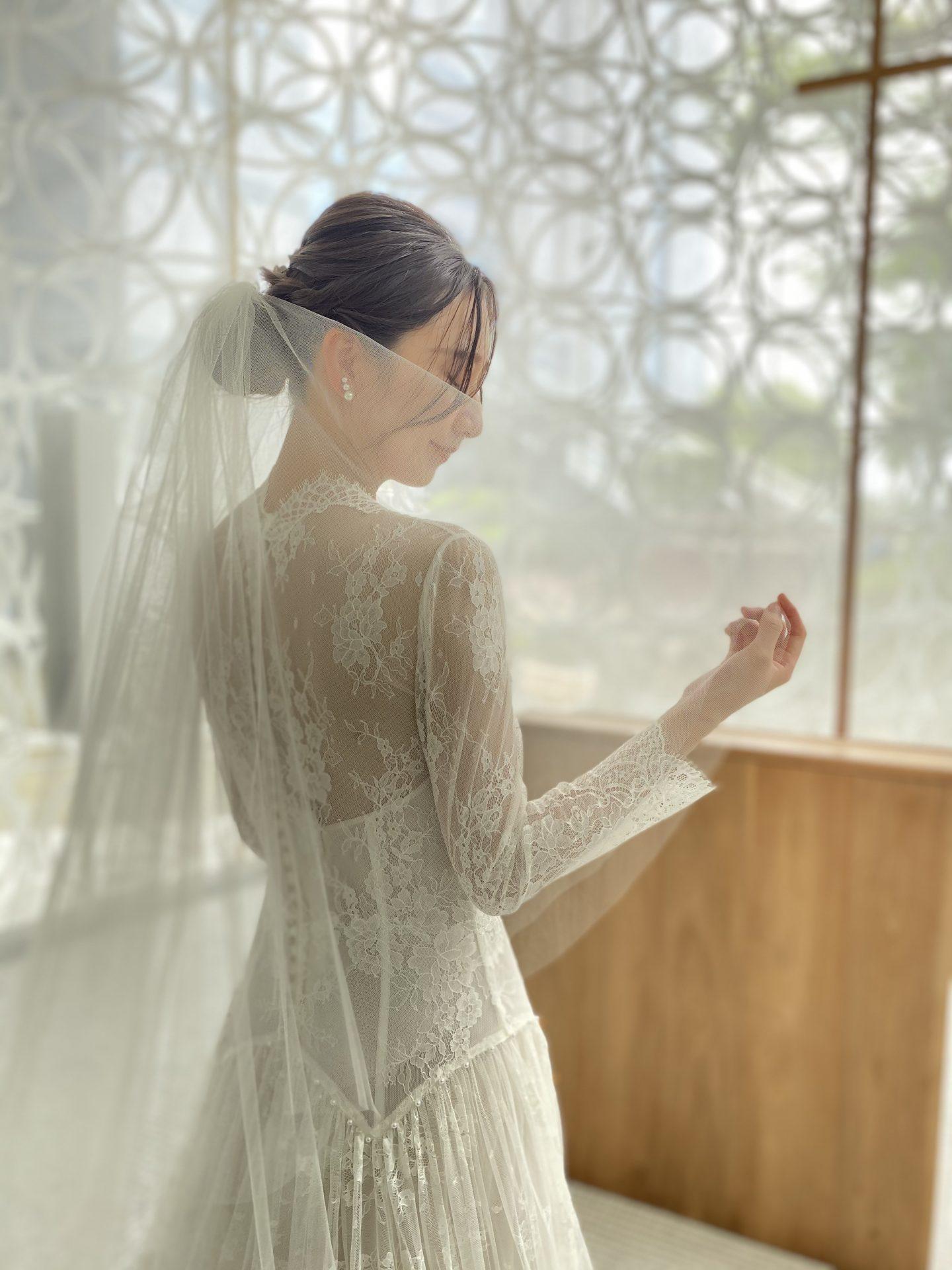 ハイアットリージェンシー大阪のチャペルに合わせた総レースのナチュラルなウェディングドレスをお召しになった花嫁様