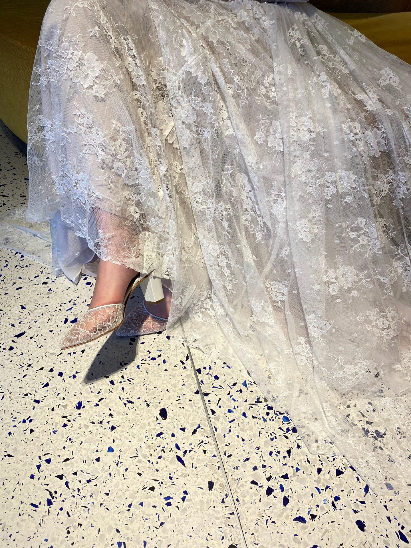 ザトリートドレッシングのAラインのドレスに合わせたレースが美しいブライダルシューズ