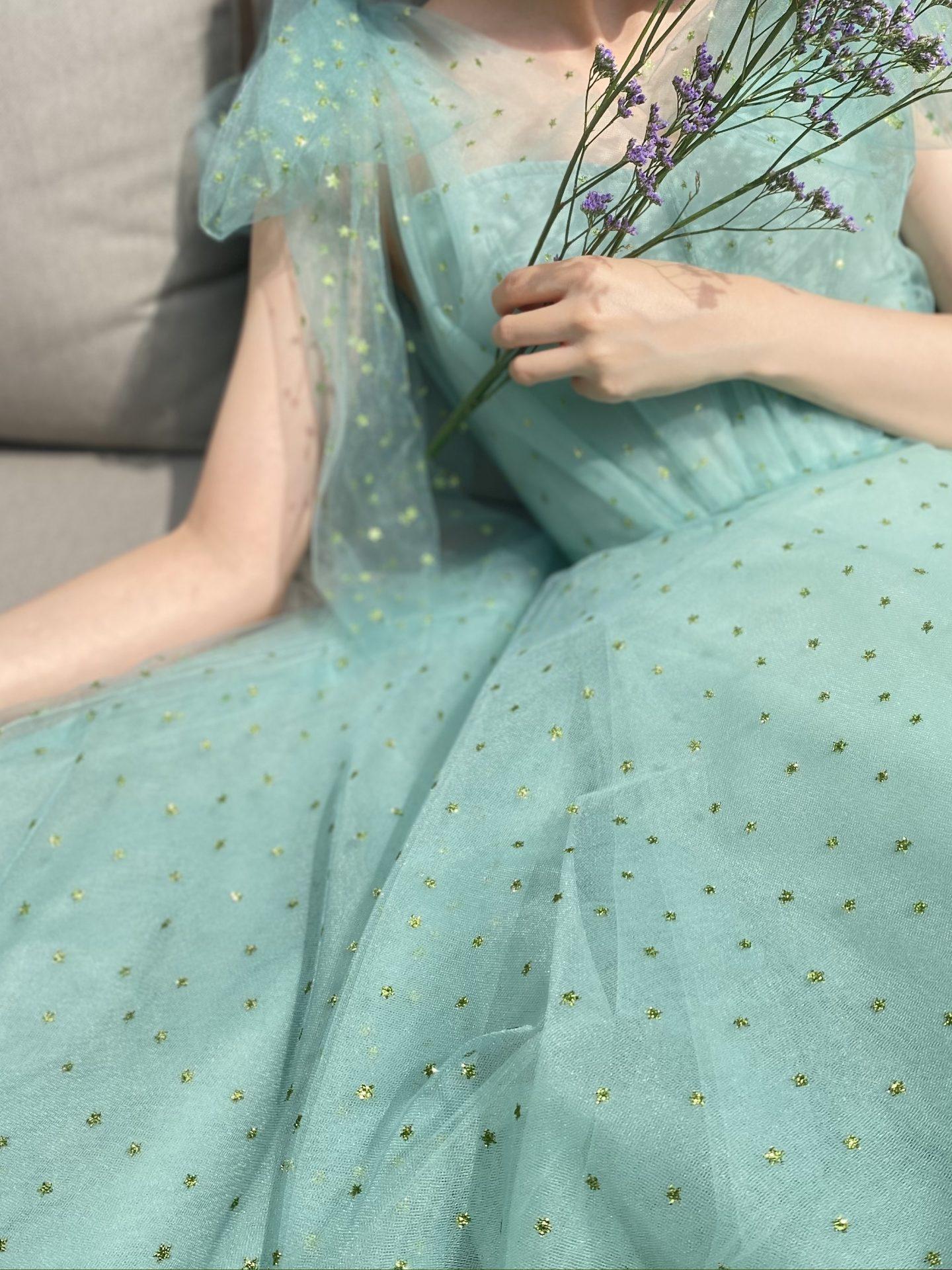 ソファ席に映えるモニークルイリエのグリーンののカラードレスをお召しになった花嫁様