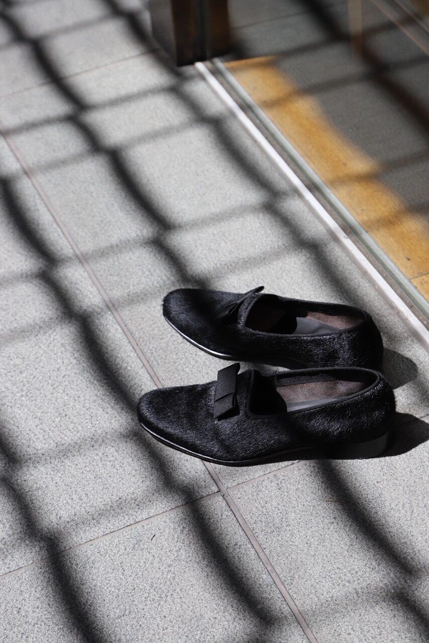 カンパニア州ナポリにて、腕利きの靴職人だったルイジ・フェランテが靴工房を開いたのは1875年。イタリア、ナポリに起源を持つFRATELLI FERRANTE(フラテッリ・ フェランテ)。 極めて美しいラストや繊細なスタイルに定評があります。またポニーの毛皮を使用することで重厚な風合いと優雅さとエレガンスを醸し出しております。薄めのアウトソールと張り出しの少ないコバも特徴です。