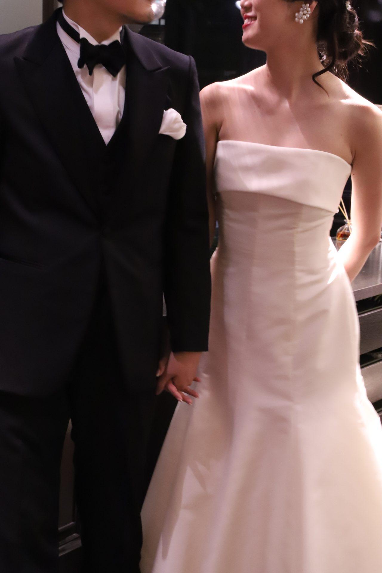 シックな雰囲気に見せる男性の結婚式のブラックのタキシード