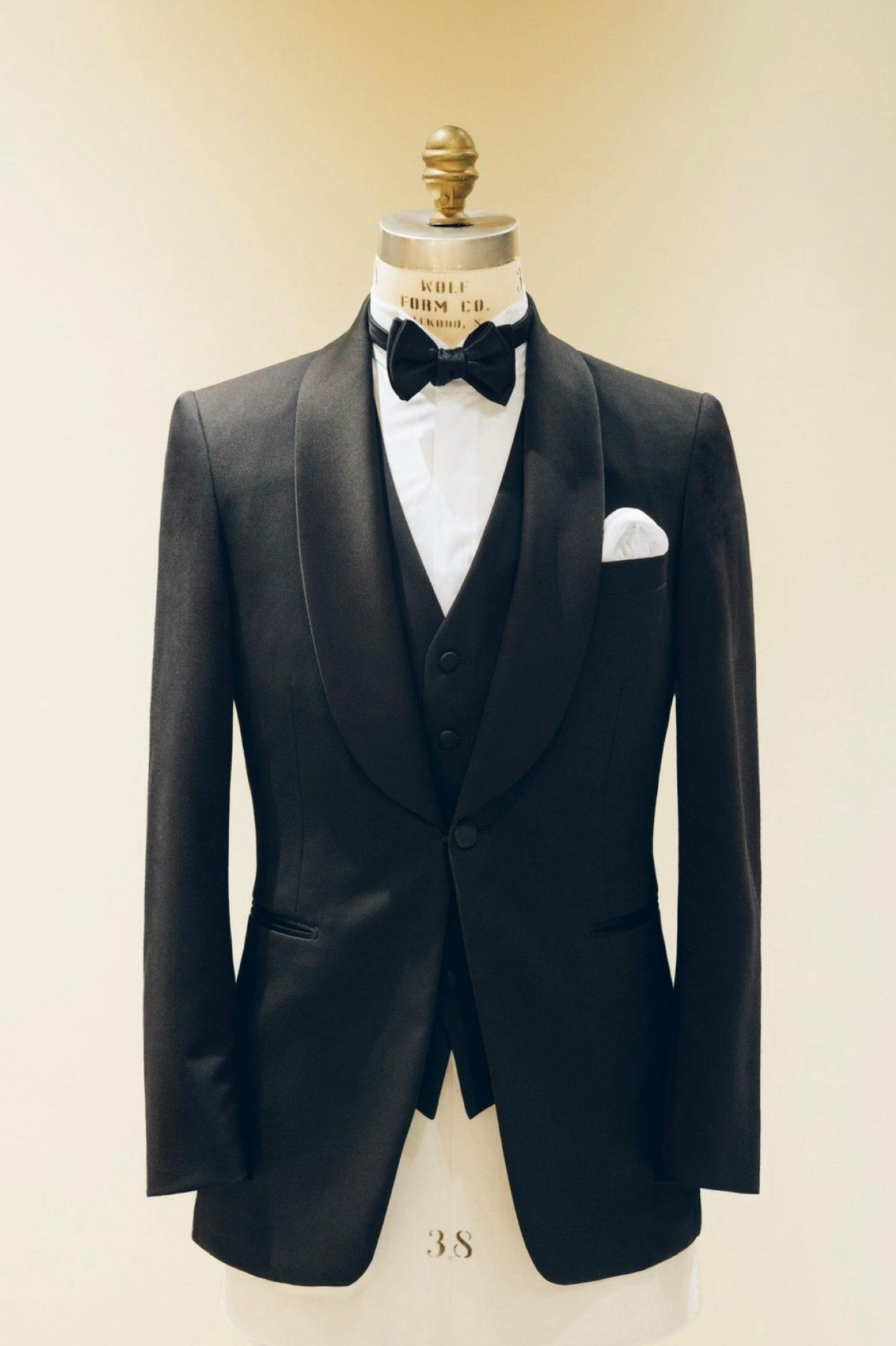 ブラックタキシードを着用する際には、蝶ネクタイやウィングカラーシャツなどのフォーマルなアイテムを合わせる事がドレスコードです。