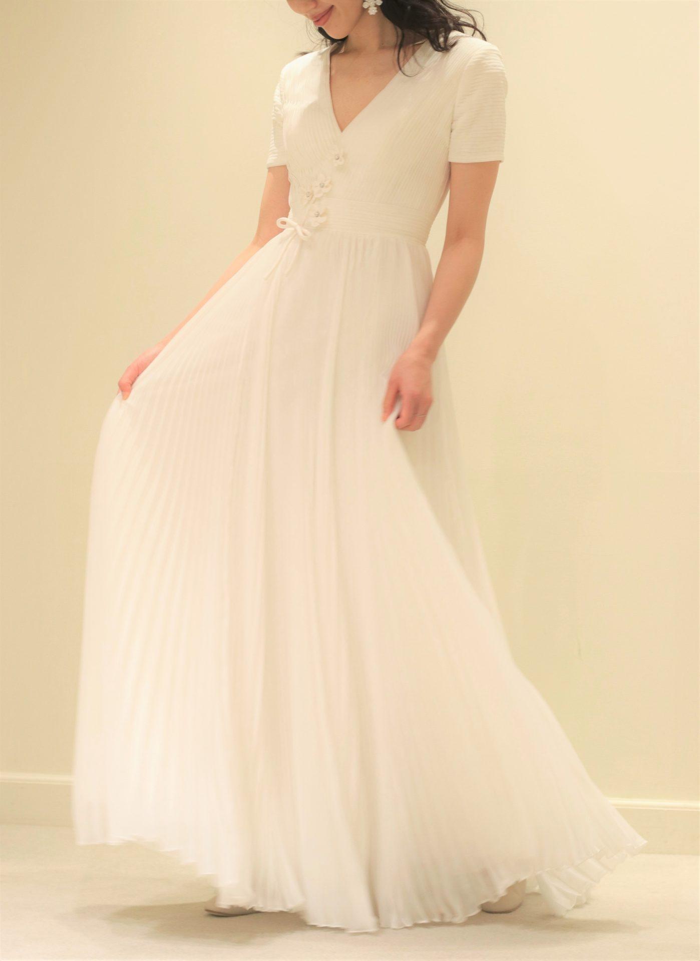 ザトリートドレッシングアディション店に届いたヴィクターアンドロルフの新作ウェディングドレスはスカートに繊細なプリーツのデザインが施されており、花嫁の動きに合わせて柔らかに揺らめきます