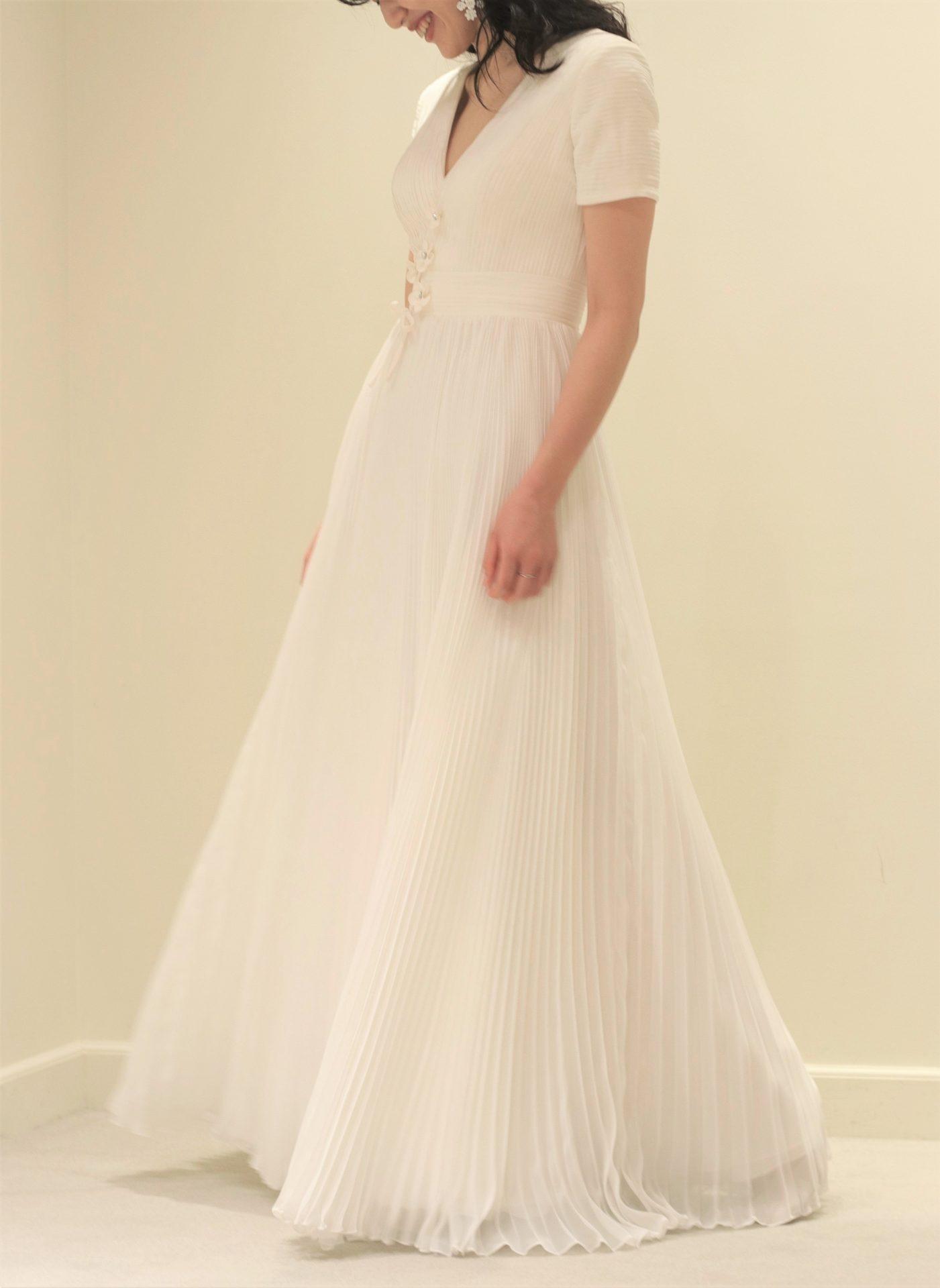 ヴィクターアンドロルフマリアージュの新作ウェディングドレスはスカートに細かなプリーツが施されたエレガントな印象を与え、ボリュームはすっきりしているためカジュアルでアットホームなお式におすすめの1着です