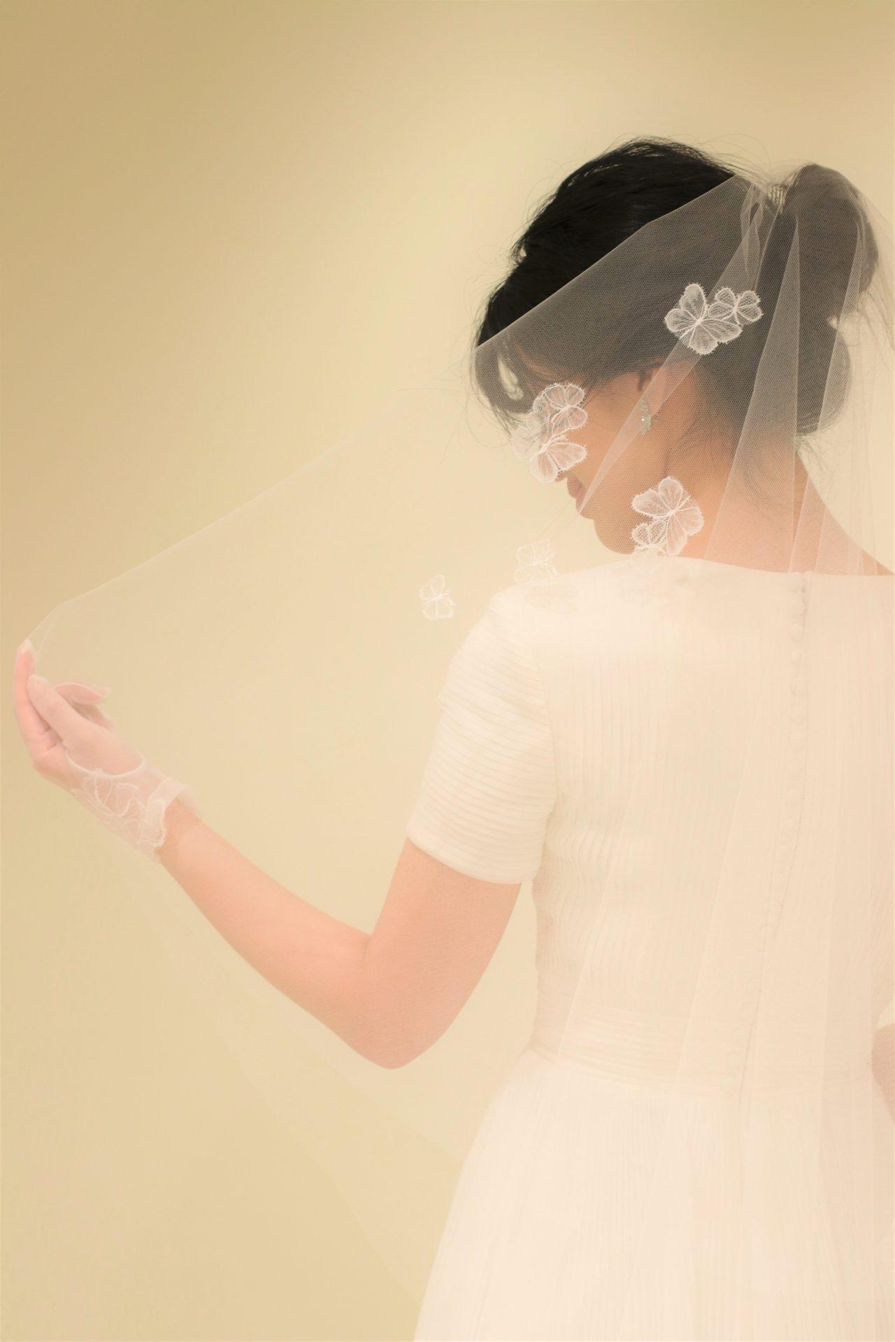 赤坂プリンスクラシックハウスのような木目調のチャペルではトリートメゾンの創り出す繊細で上品なデザインのベールにグローブをウェディングドレスに合わせることで花嫁姿はより特別なものになります
