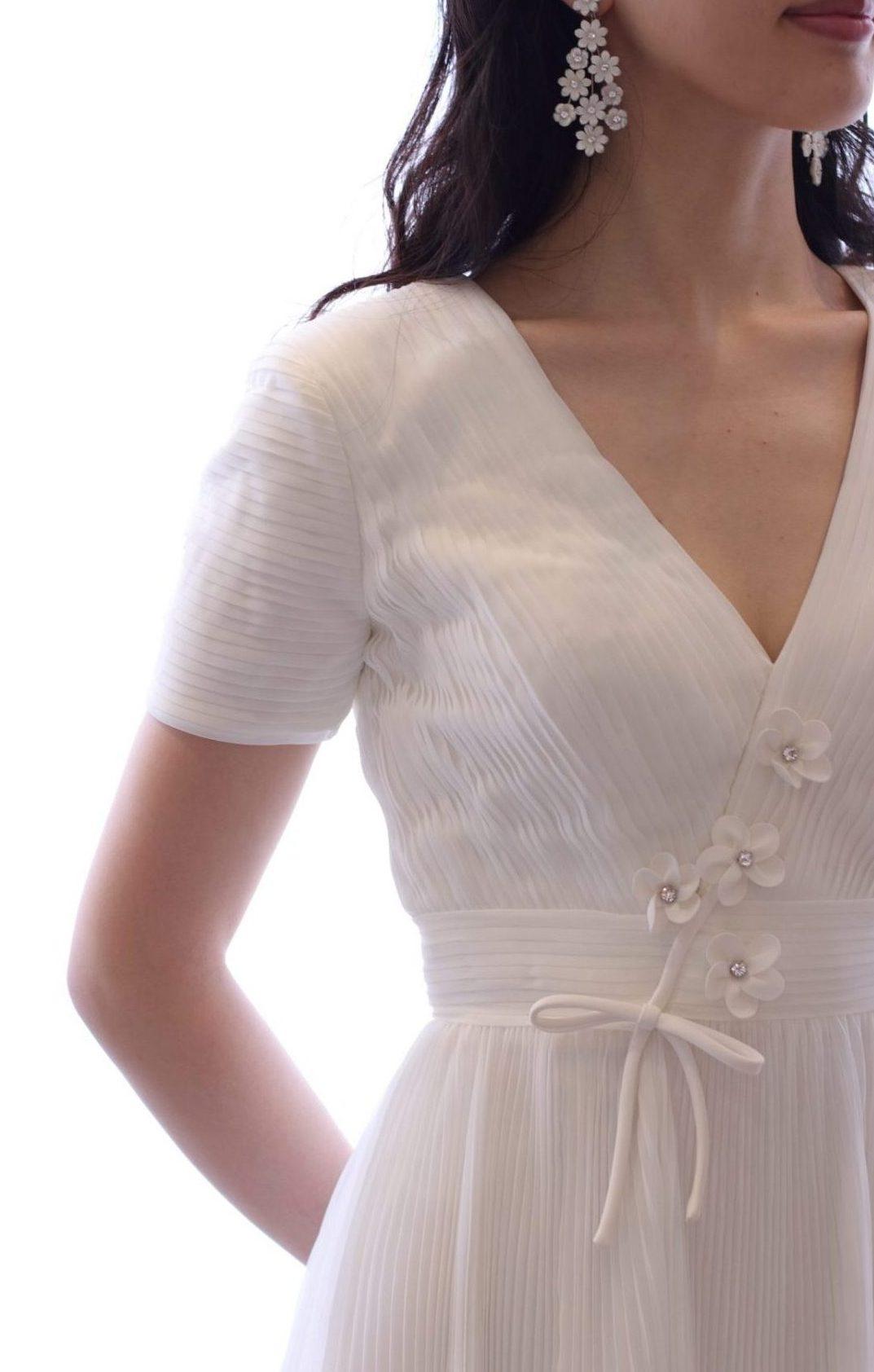 おしゃれな花嫁様に人気のザトリートドレッシングに入荷したヴィクターアンドロルフマリアージュの新作ウェディングドレスはVネックのデザインでデコルテを美しく見せ、フラワーモチーフが目を引く一着です