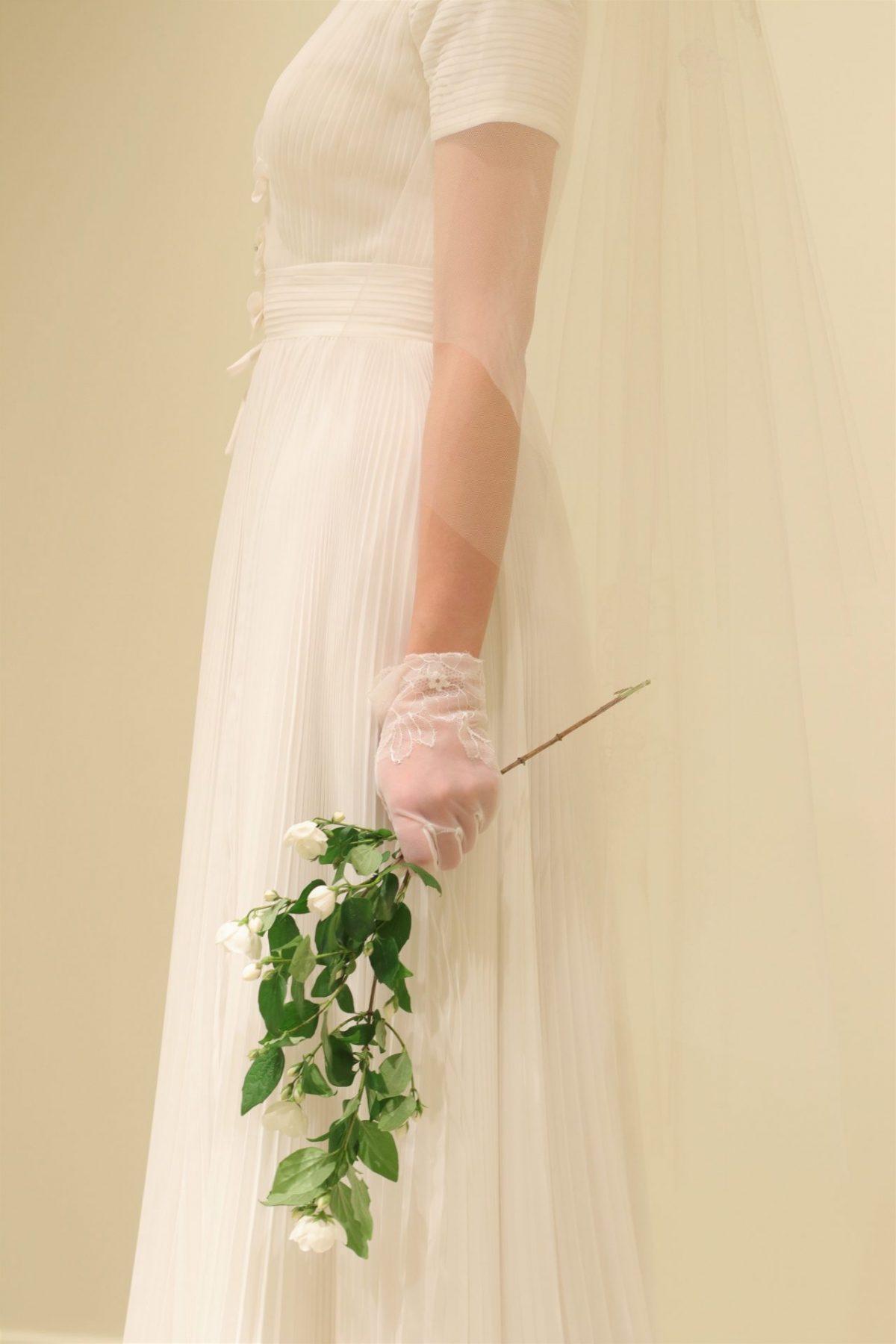 結婚式に集う誰もがうっとりと神聖な空気に包まれる挙式のスタイルは選ばれたドレスだけでなく、ベールやグローブ、ブーケなどのコーディネートで大きく印象が変わります