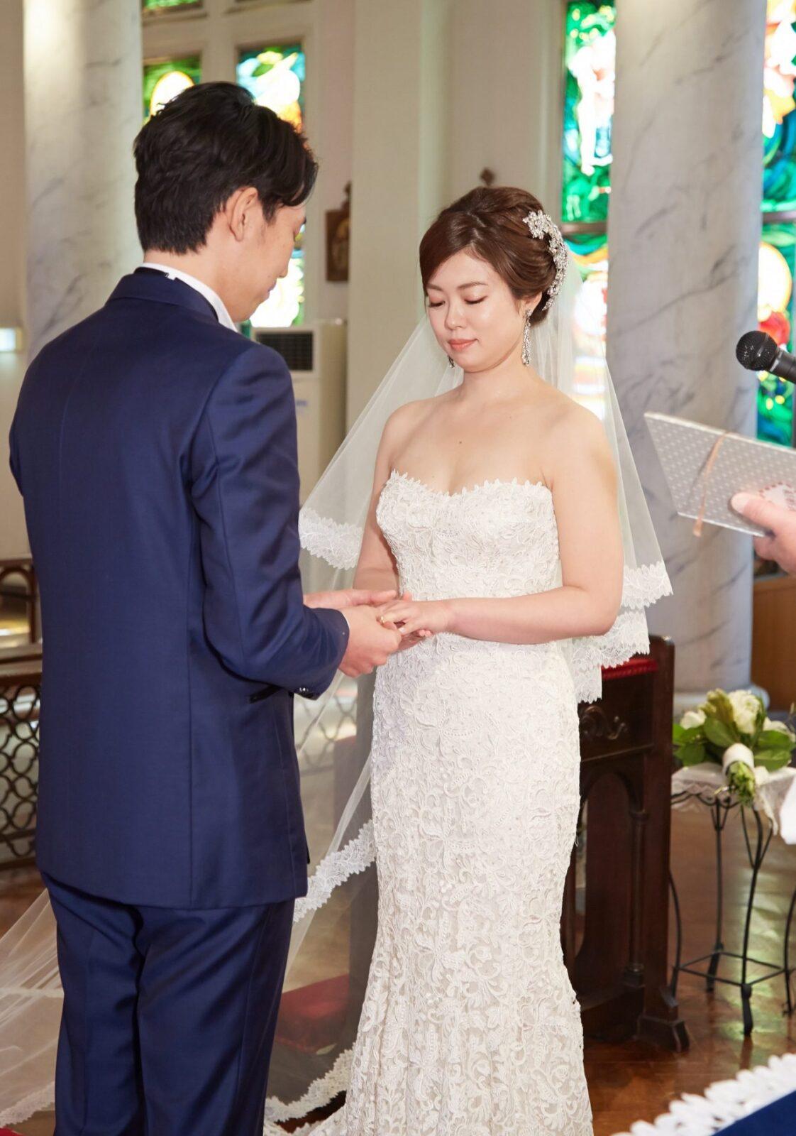 ハートシェイプが美しいレンタルウェディングドレスにはマリアエレナのヘッドアクセサリーとイヤリングをコーディネート